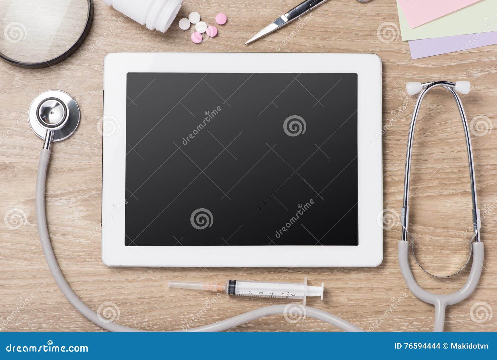 Tableta médica con el estetoscopio, las botellas, el billete de banco, las píldoras y sy