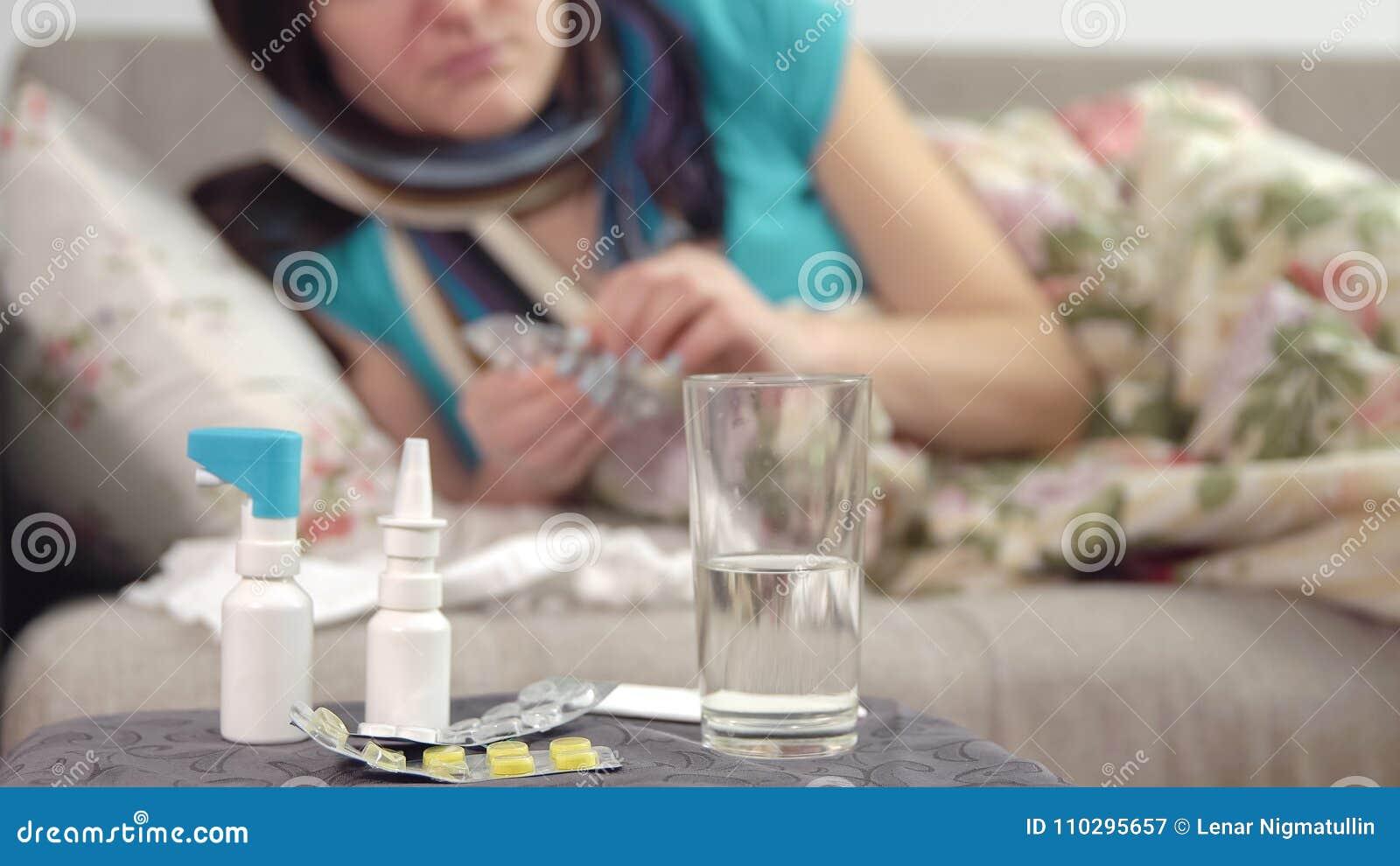 Tablets, Spray Und Wasser Auf Dem Stuhl Und Der Jungen ...