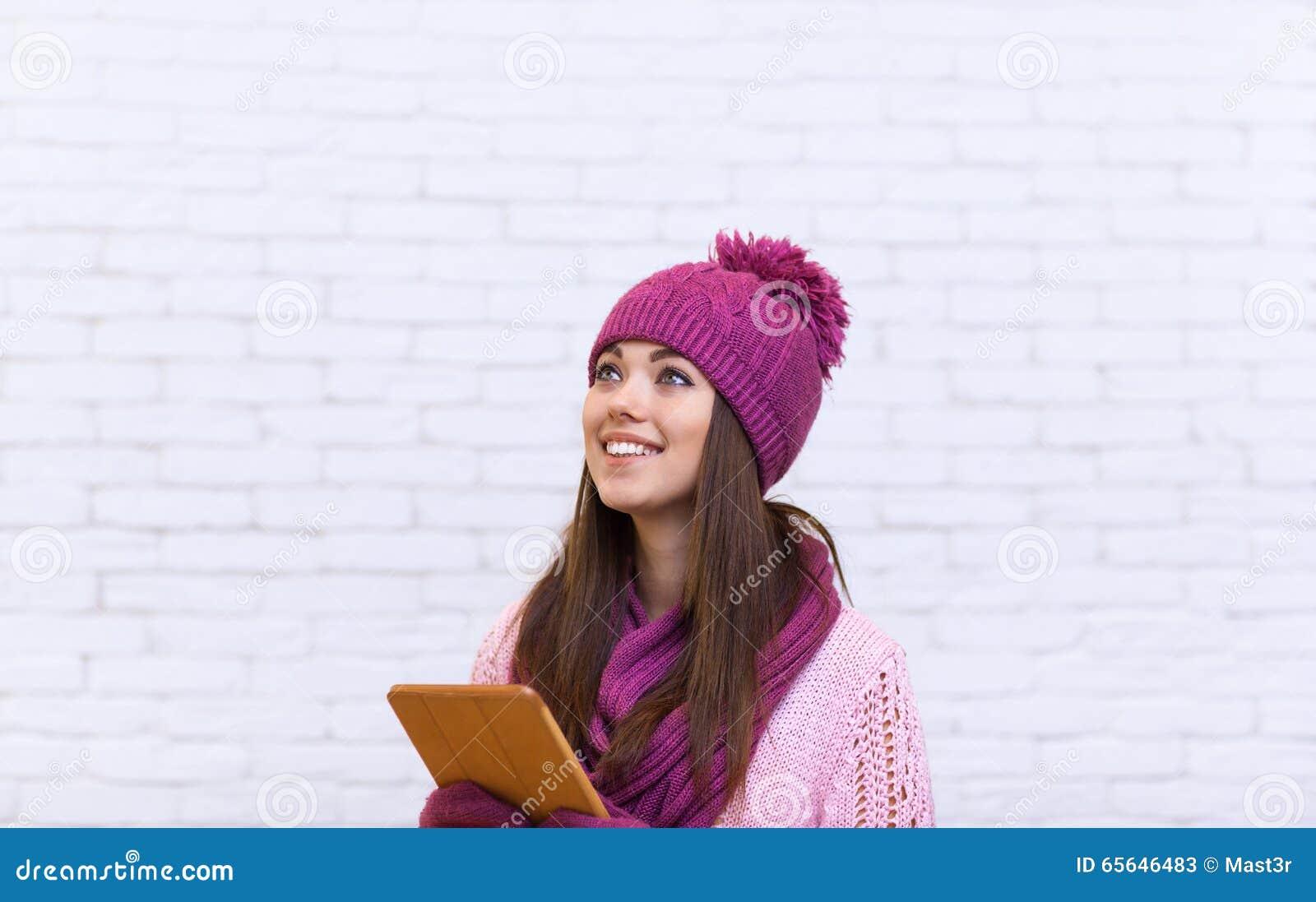Tablette attrayante de l espace de copie d adolescente utilisant le contact