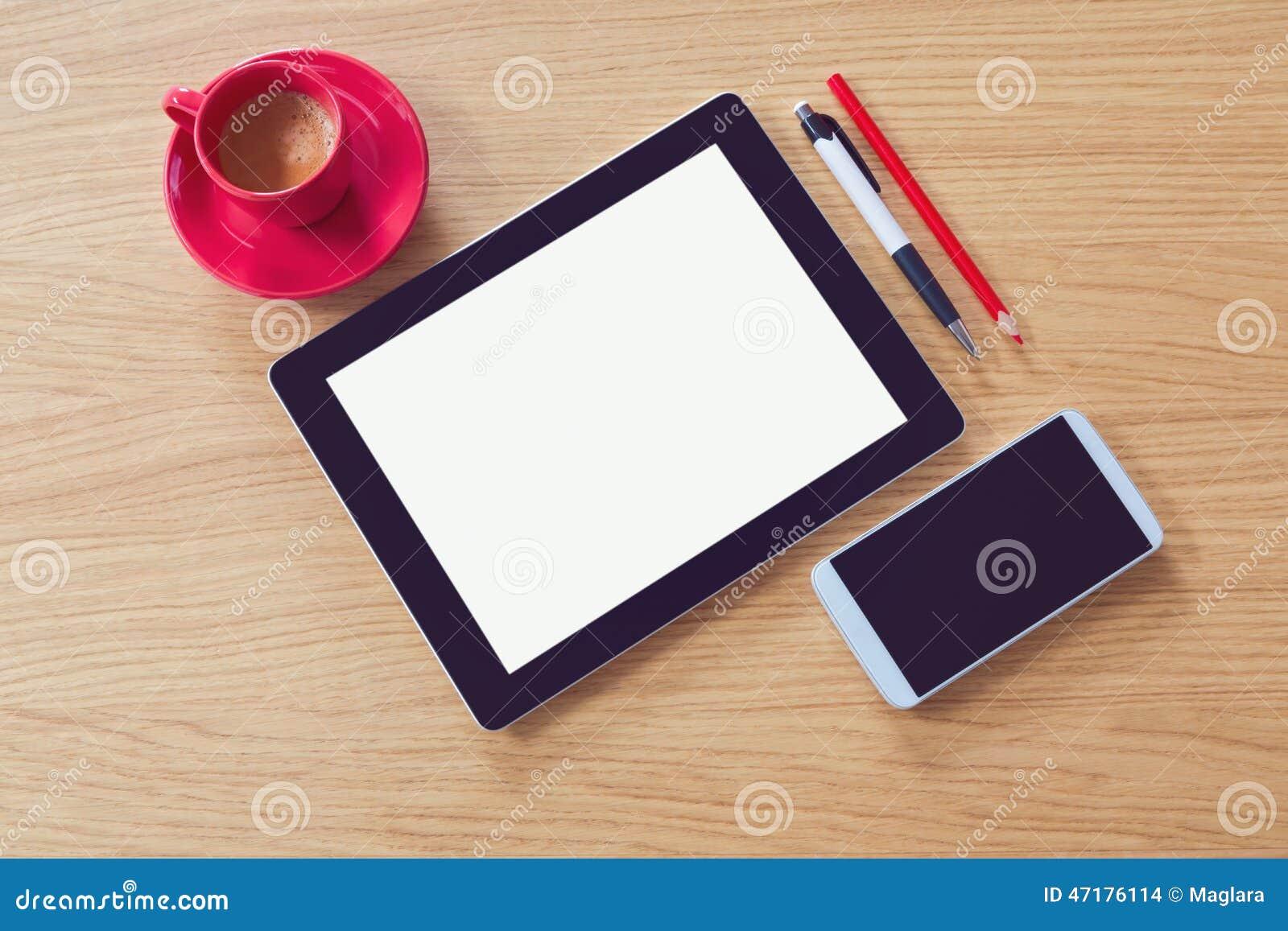 Tablette avec l écran vide sur la table en bois moquerie de bureau