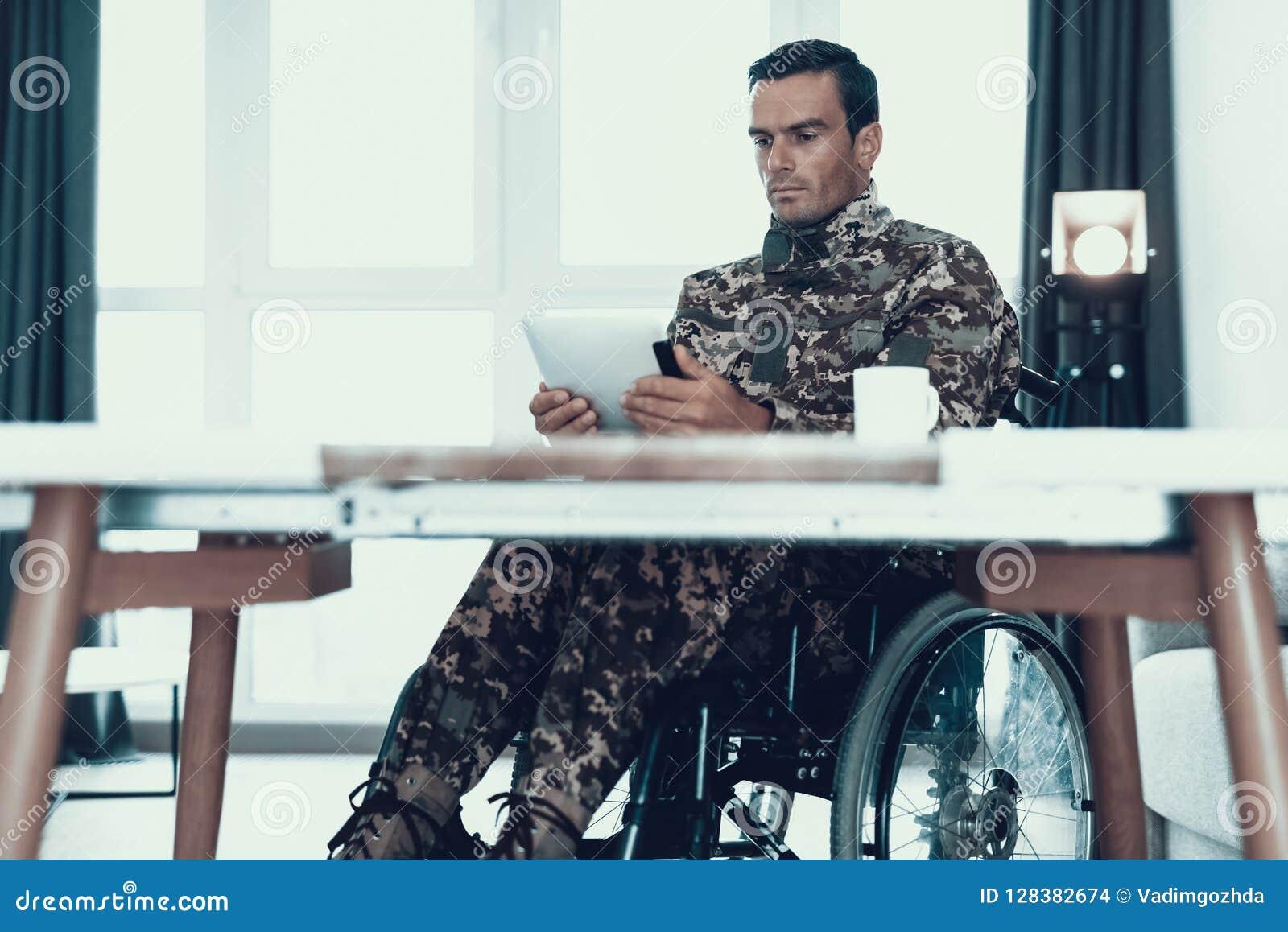 Tablette Belle D\'utilisations De Militaire Dans Le Salon ...