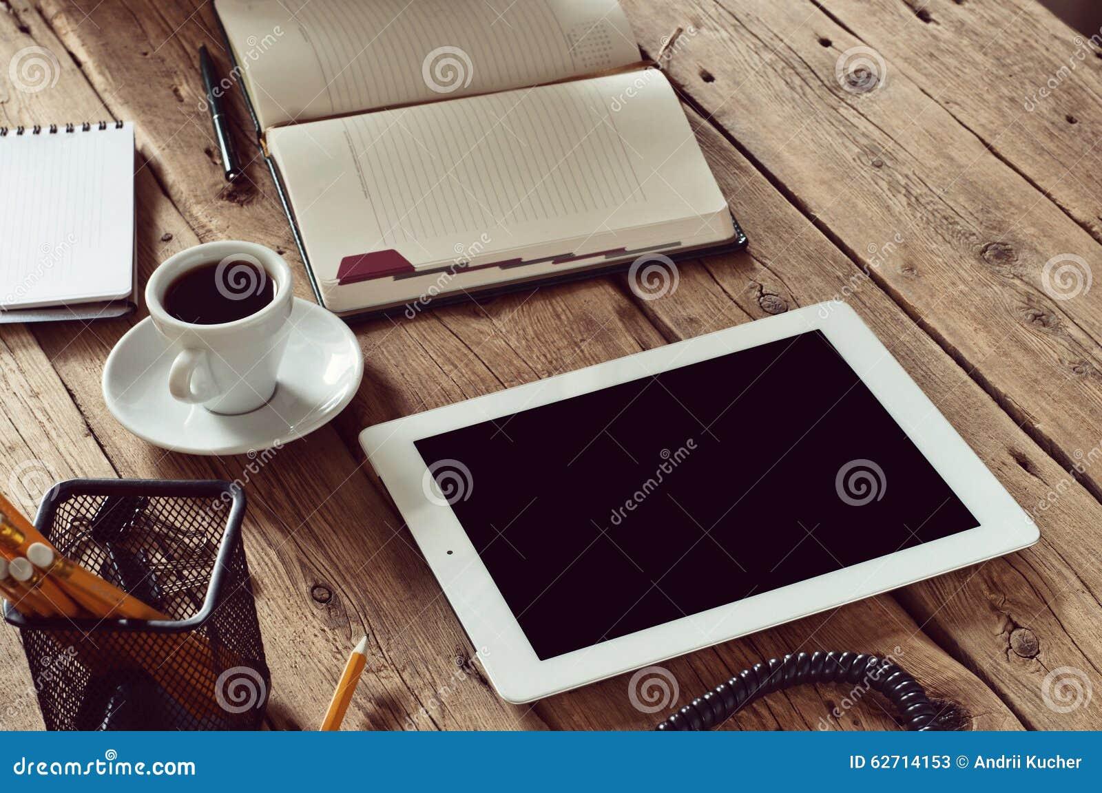 Tablette blanche avec sur la table en bois de bureau image stock