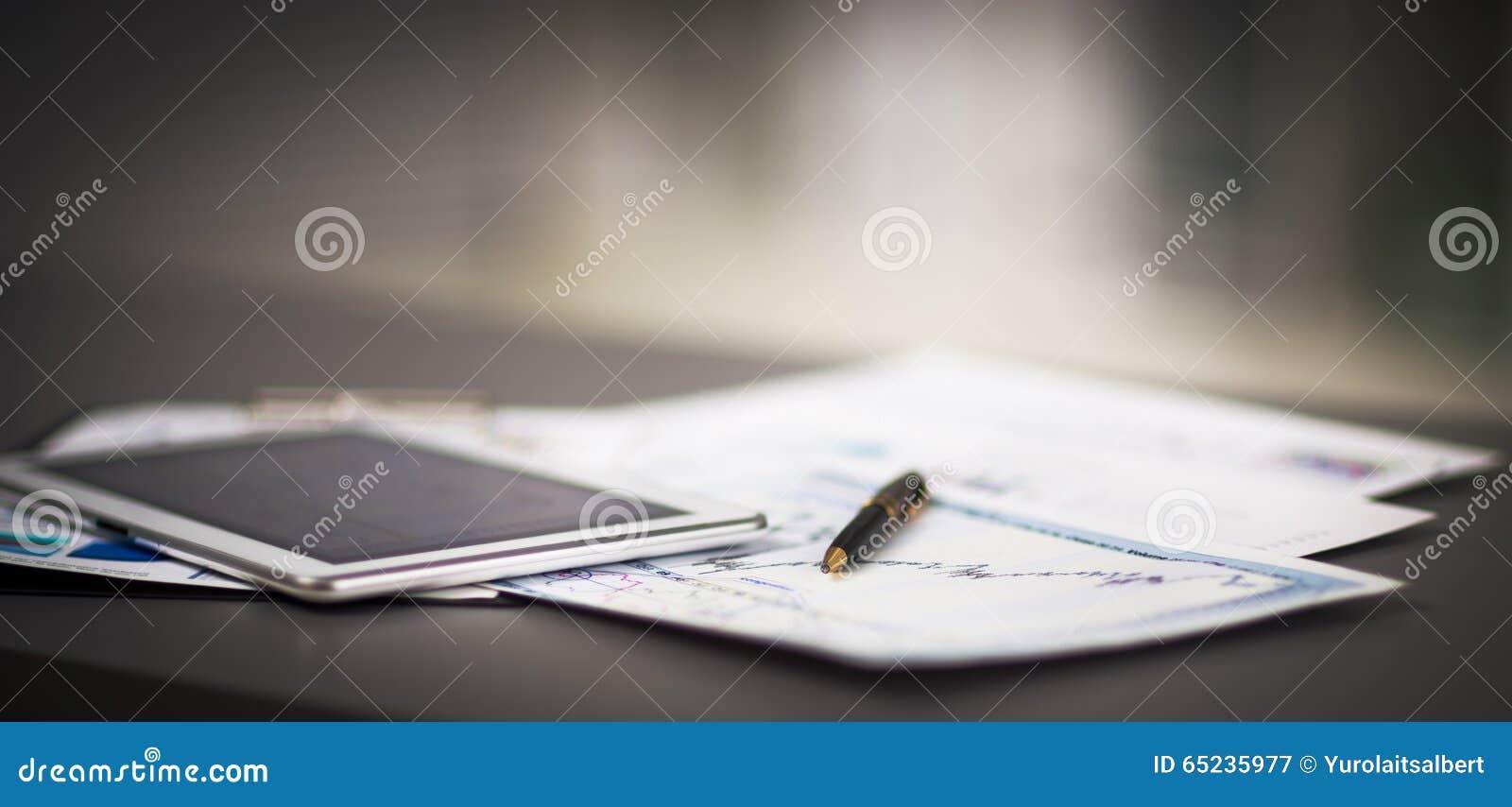 Tablette et diagrammes financiers