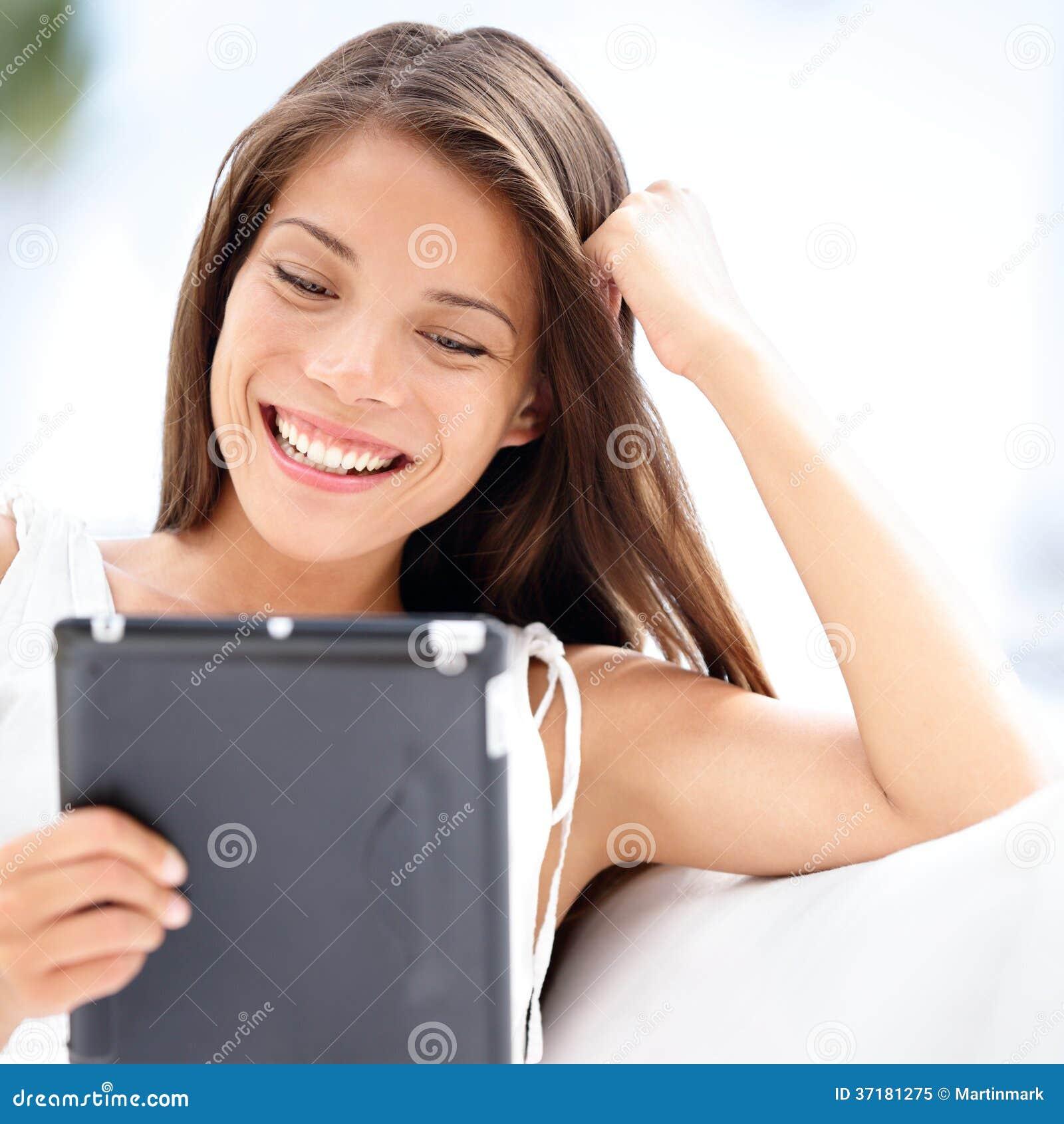 Tablette. Femme assez asiatique tenant le comprimé