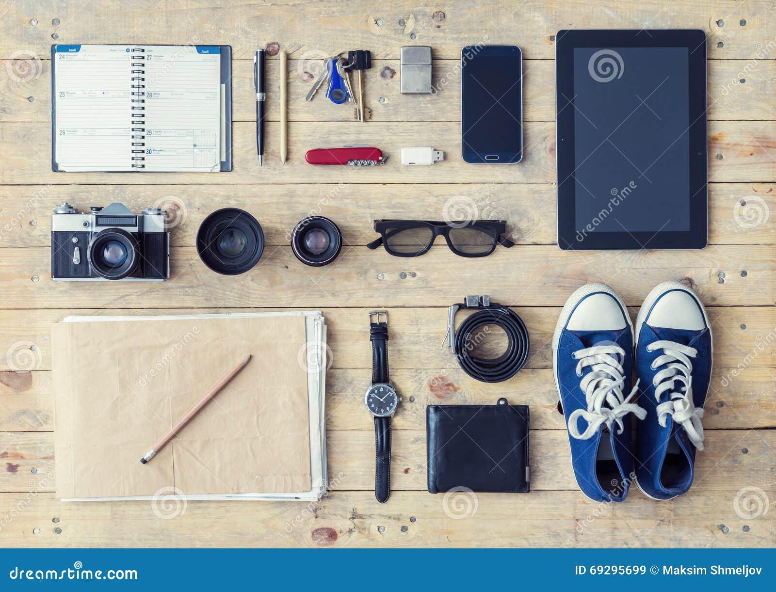 Tablette, téléphone, album, verres, appareil-photo, verres, chaussures en caoutchouc et watc