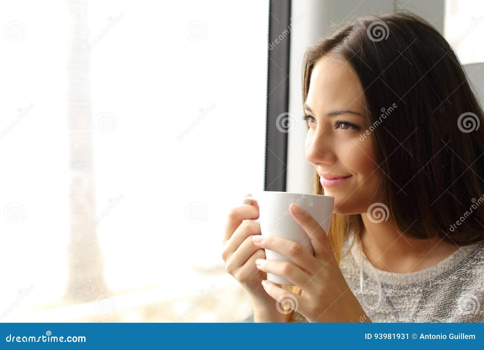 Taborowy lub autobusowy pasażerski patrzeć przez okno