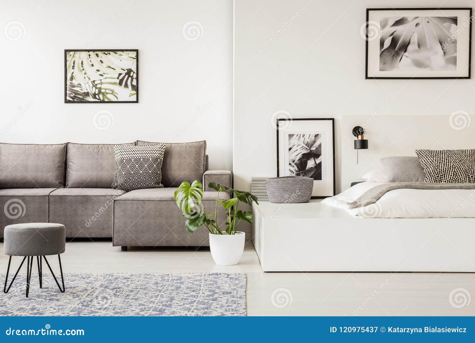 Tabouret gris devant un sofa faisant le coin dans l intérieur de l espace ouvert avec