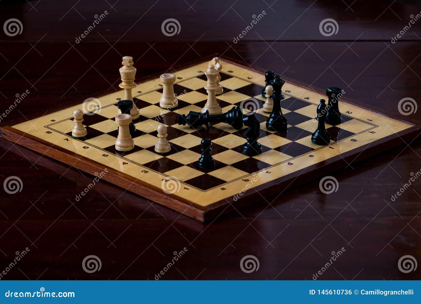 Tabuleiro de xadrez com companheiro da verificação