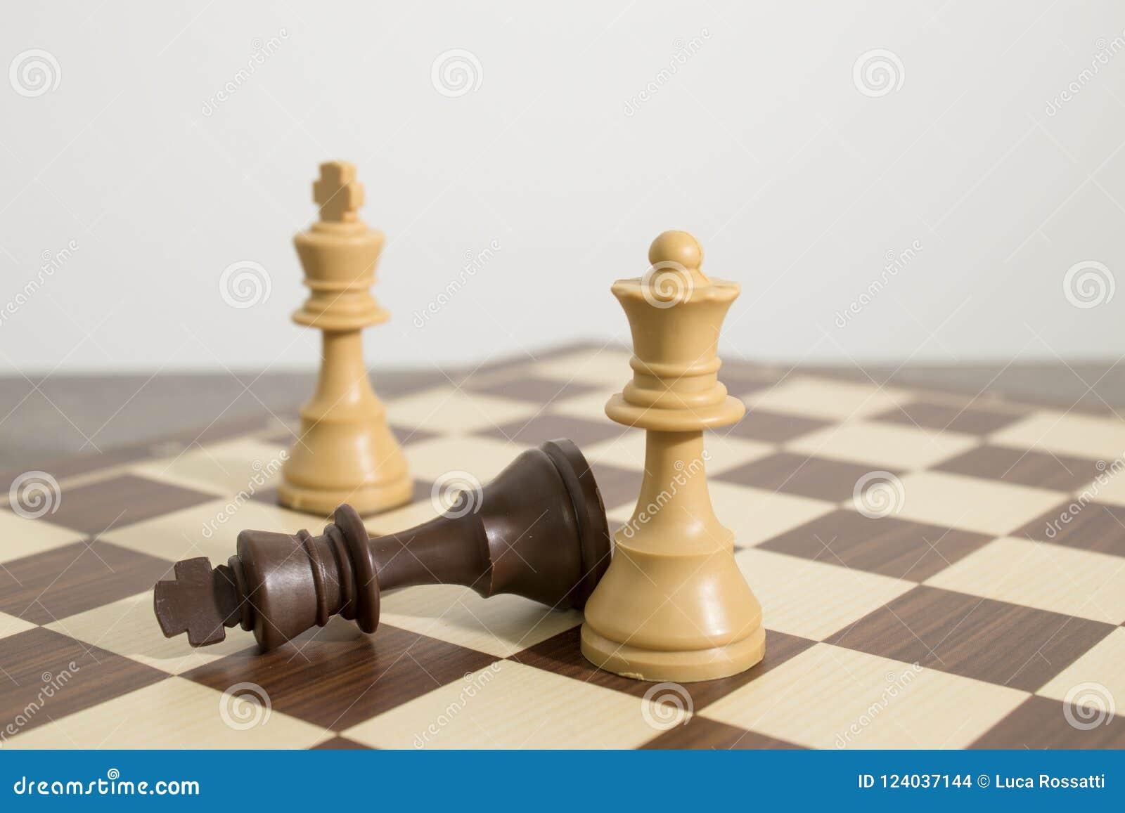 Tabuleiro de xadrez detalhado com xadrez durante um companheiro da verificação