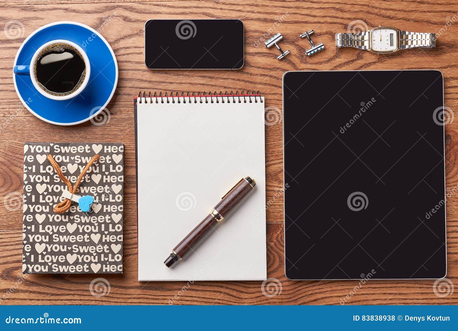 Tabuleta, café e bloco de notas