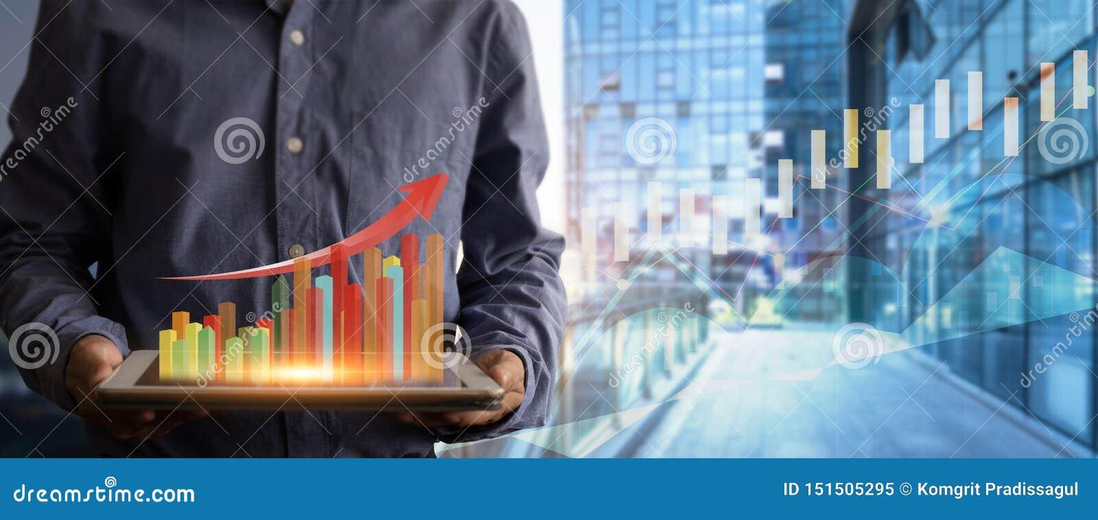 Tabuleta da terra arrendada do homem de negócios e gráfico mostrar do holograma crescente