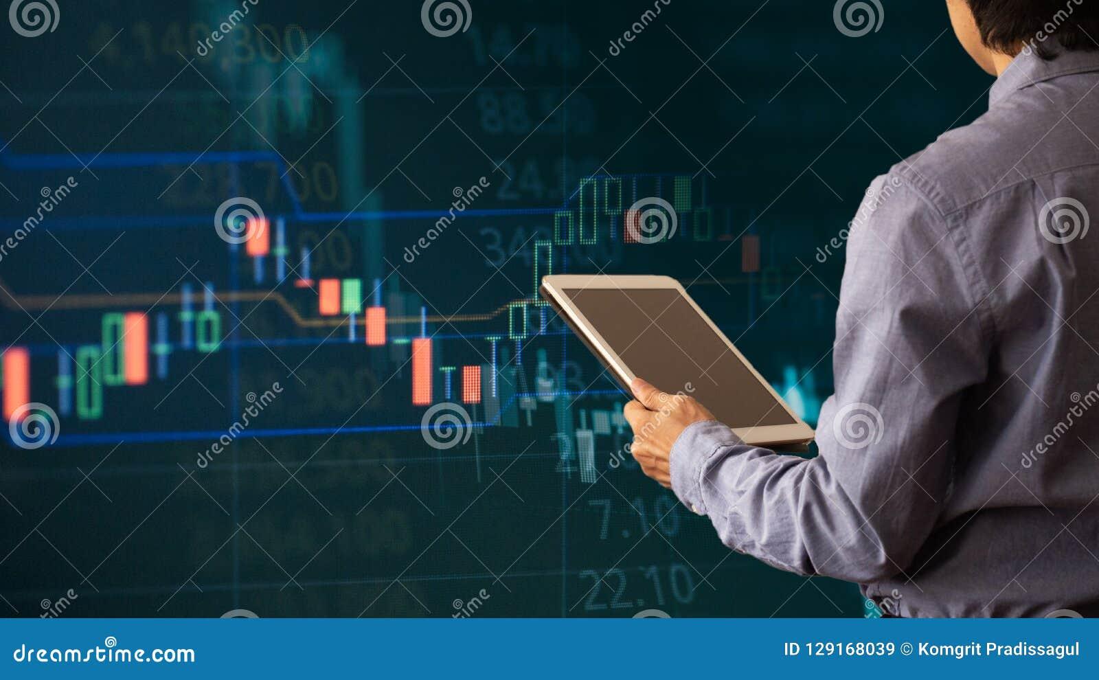 Tabuleta do uso do homem de negócios com gráfico de lucro da finança e da operação bancária