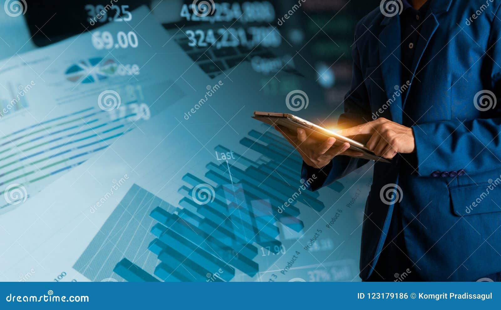 Tabuleta tocante do dedo do homem de negócios com gráfico de lucro da finança e da operação bancária