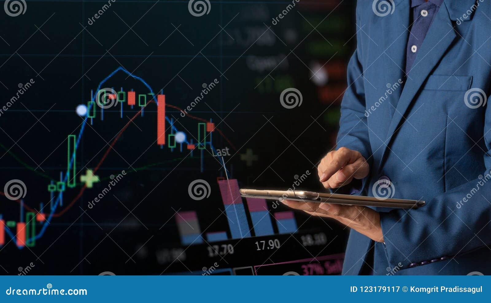 Tabuleta tocante do dedo do homem de negócios com gráfico de lucro da finança e da operação bancária do estoque