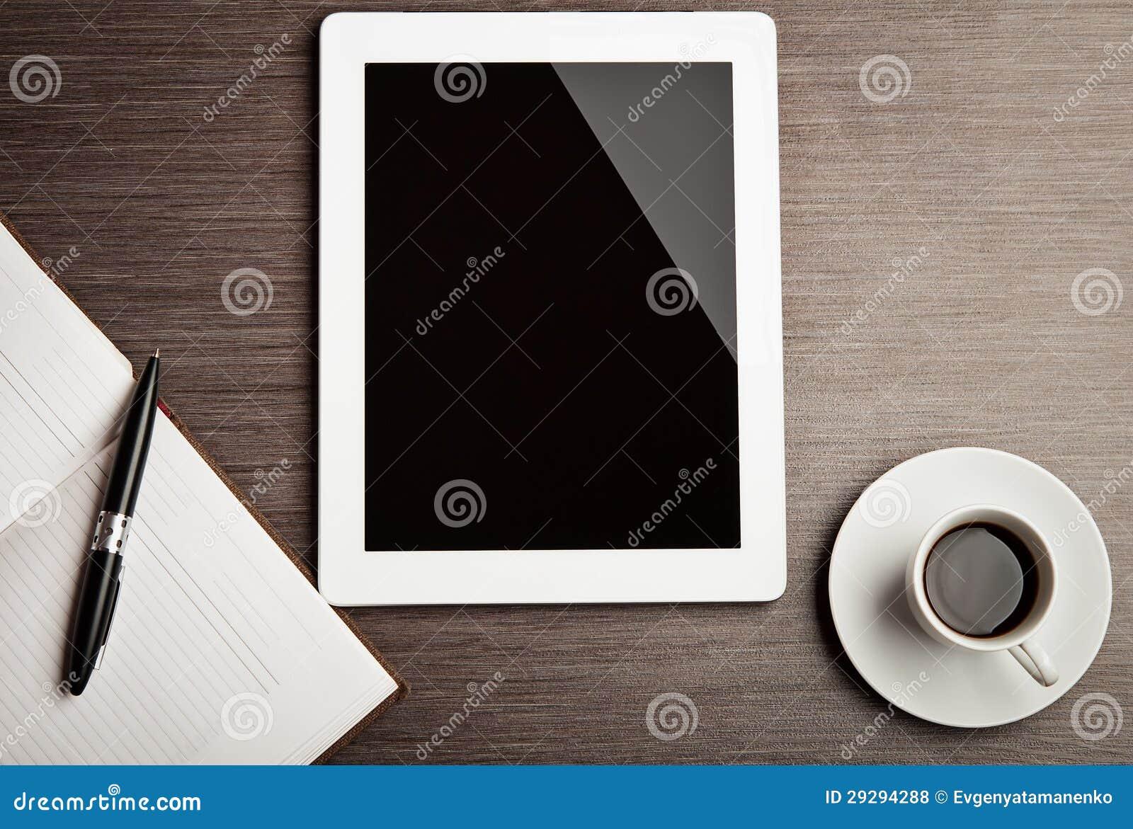 Tabuleta vazia e um café na mesa