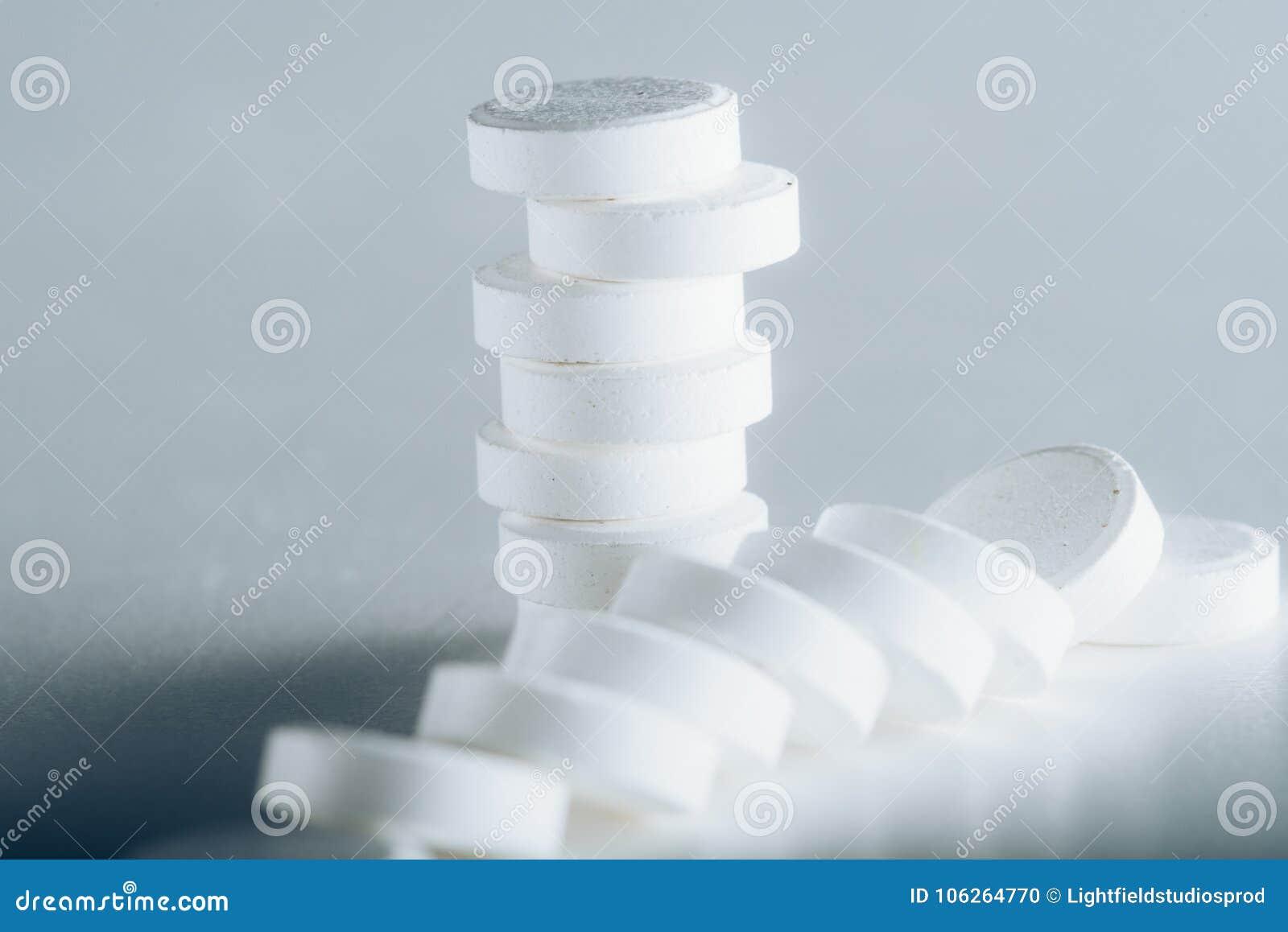 Tabuletas brancas redondas