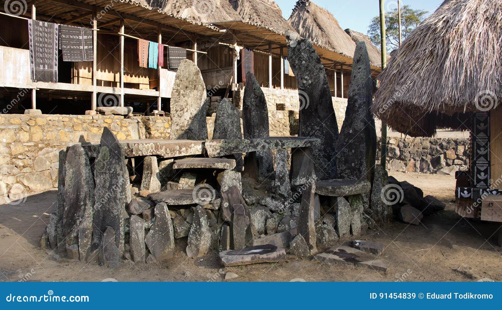 Tabuletas de pedra em Bena uma vila tradicional com as cabanas da grama dos povos de Ngada em Flores