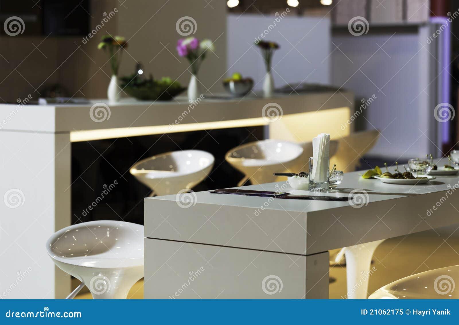 Taburetes de barra modernos en cocina foto de archivo for Taburetes de cocina modernos