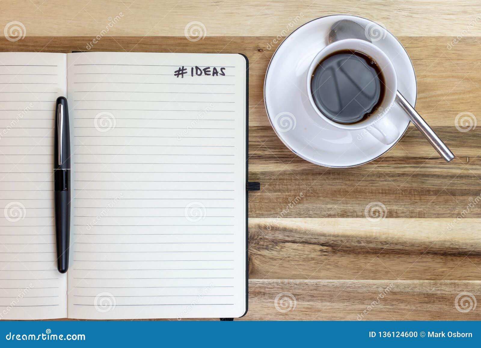 Taccuino di idee sullo scrittorio con un caffè