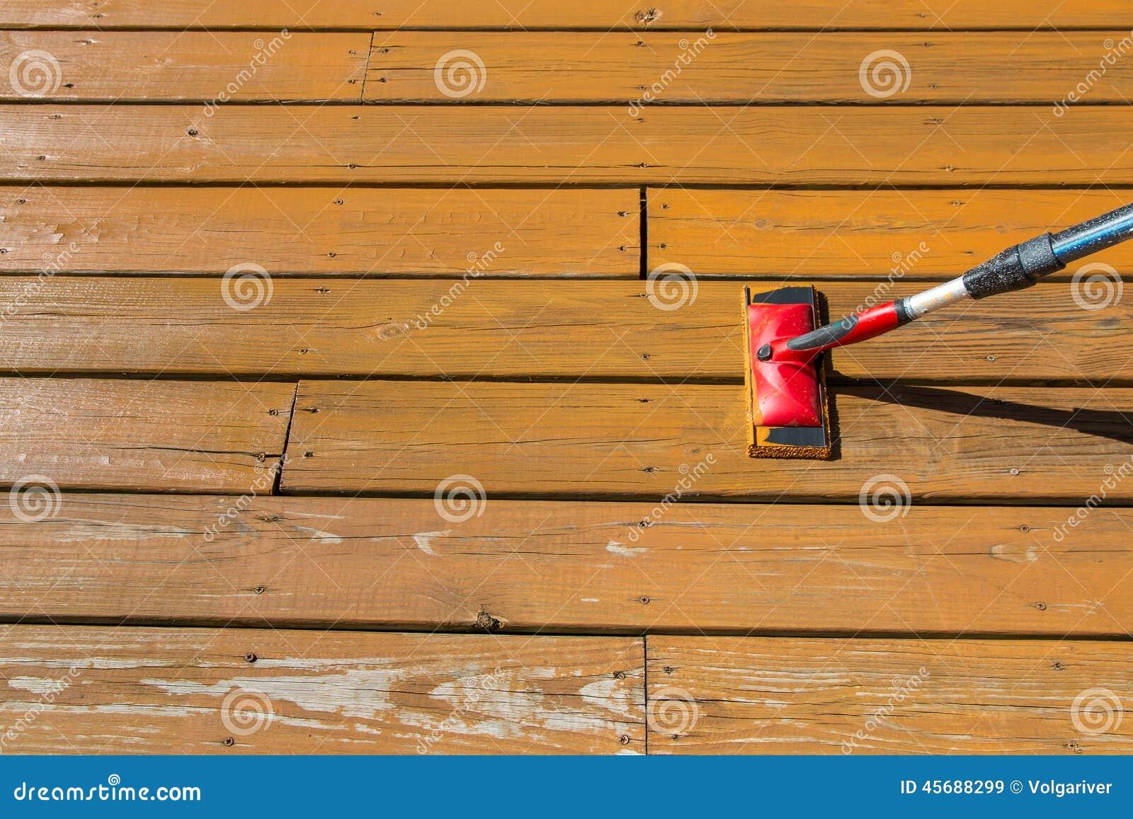 Tache en bois avec une protection de peinture sur le plancher en bois de patio photo stock for Peinture plancher en bois