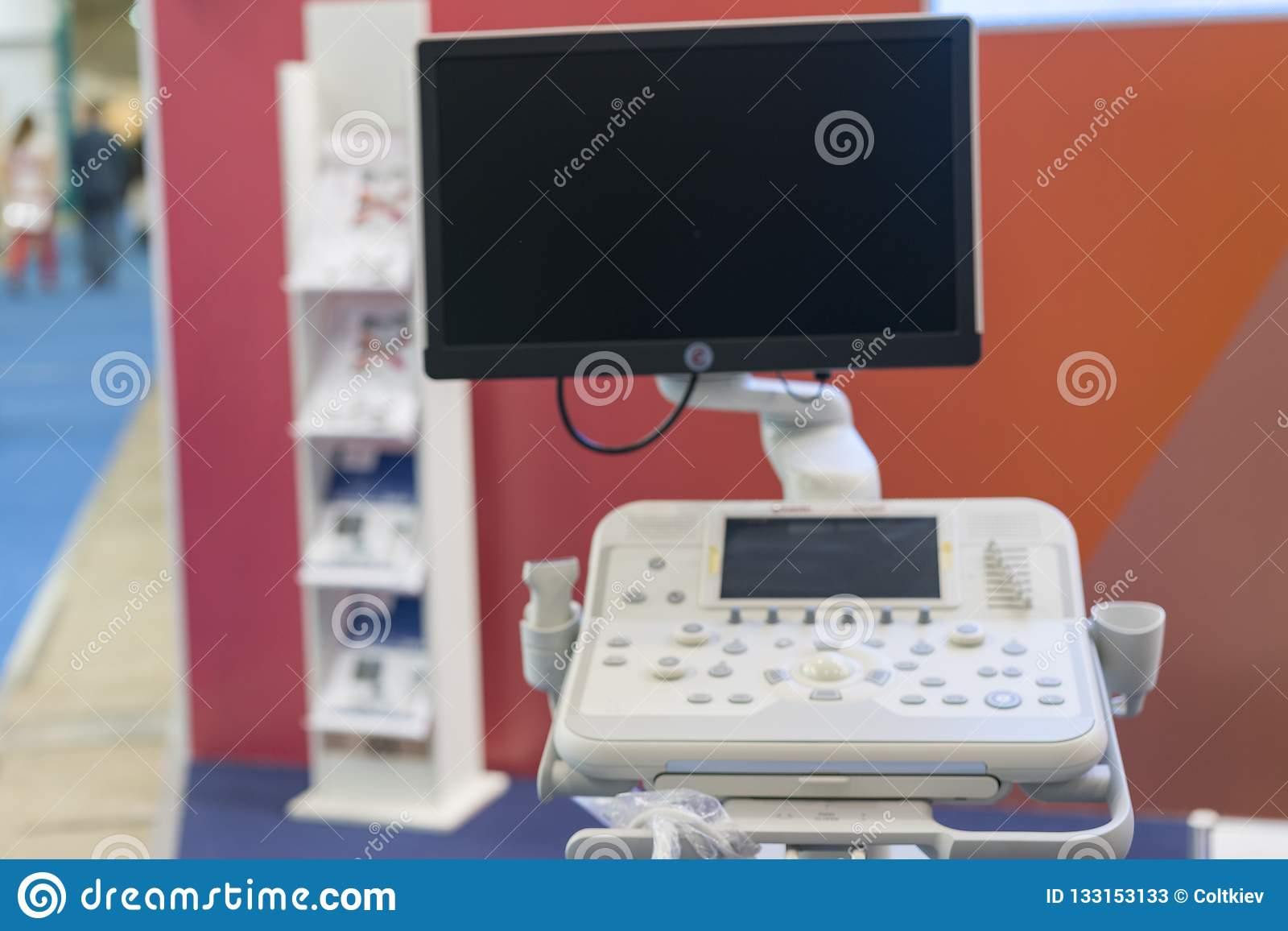 Tache floue d équipement et de dispositifs médicaux dans la prise moderne de salle d opération avec l éclairage d art et le filtr