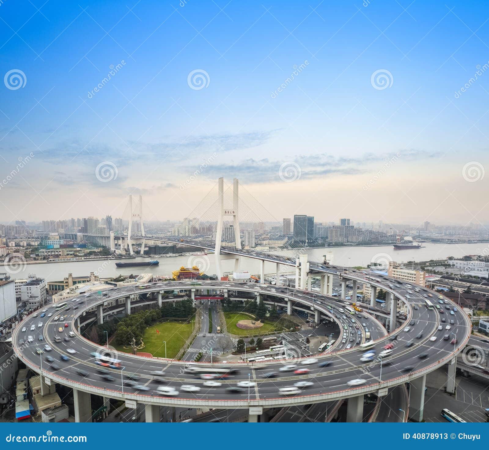 Tache floue de mouvement de voitures sur le pont