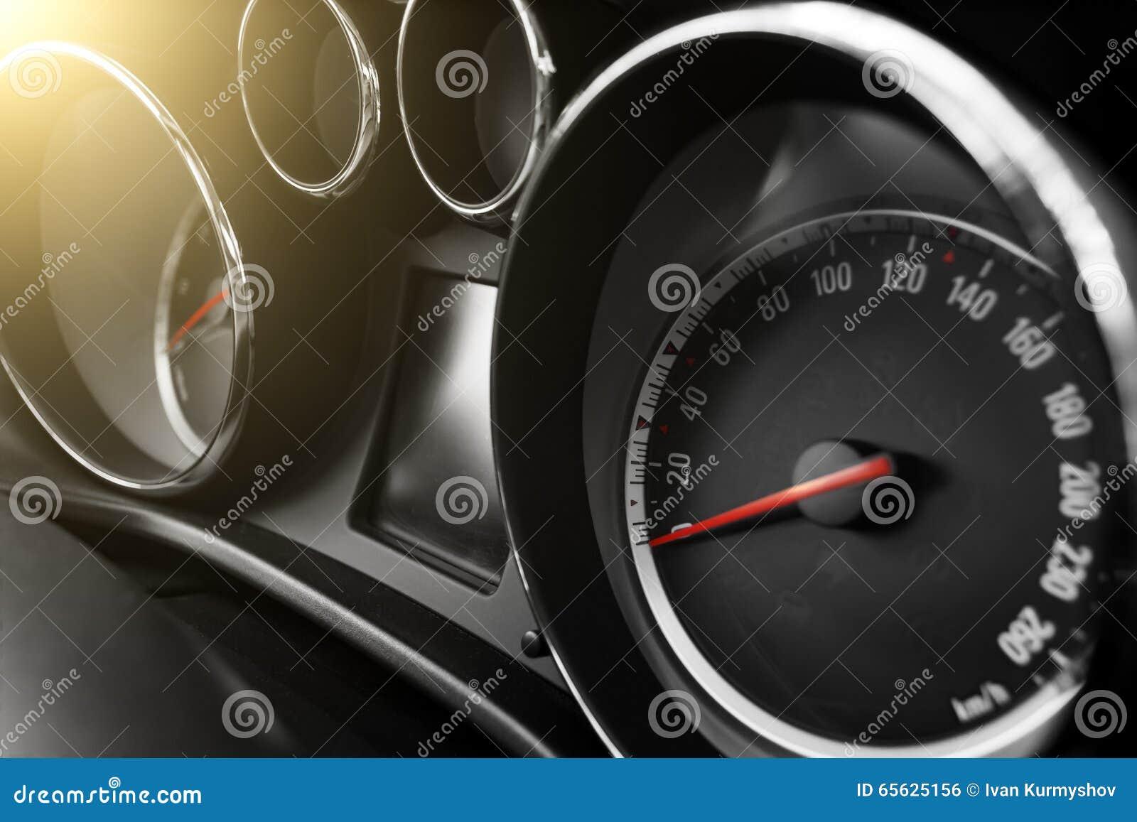 Tachymètre et odomètre modernes de voiture à la journée