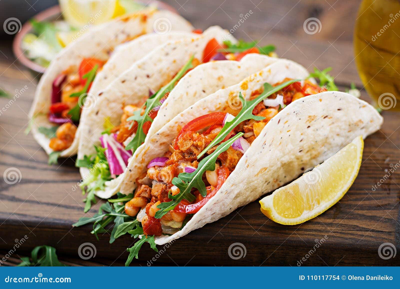 Taci messicani con manzo, fagioli in salsa al pomodoro