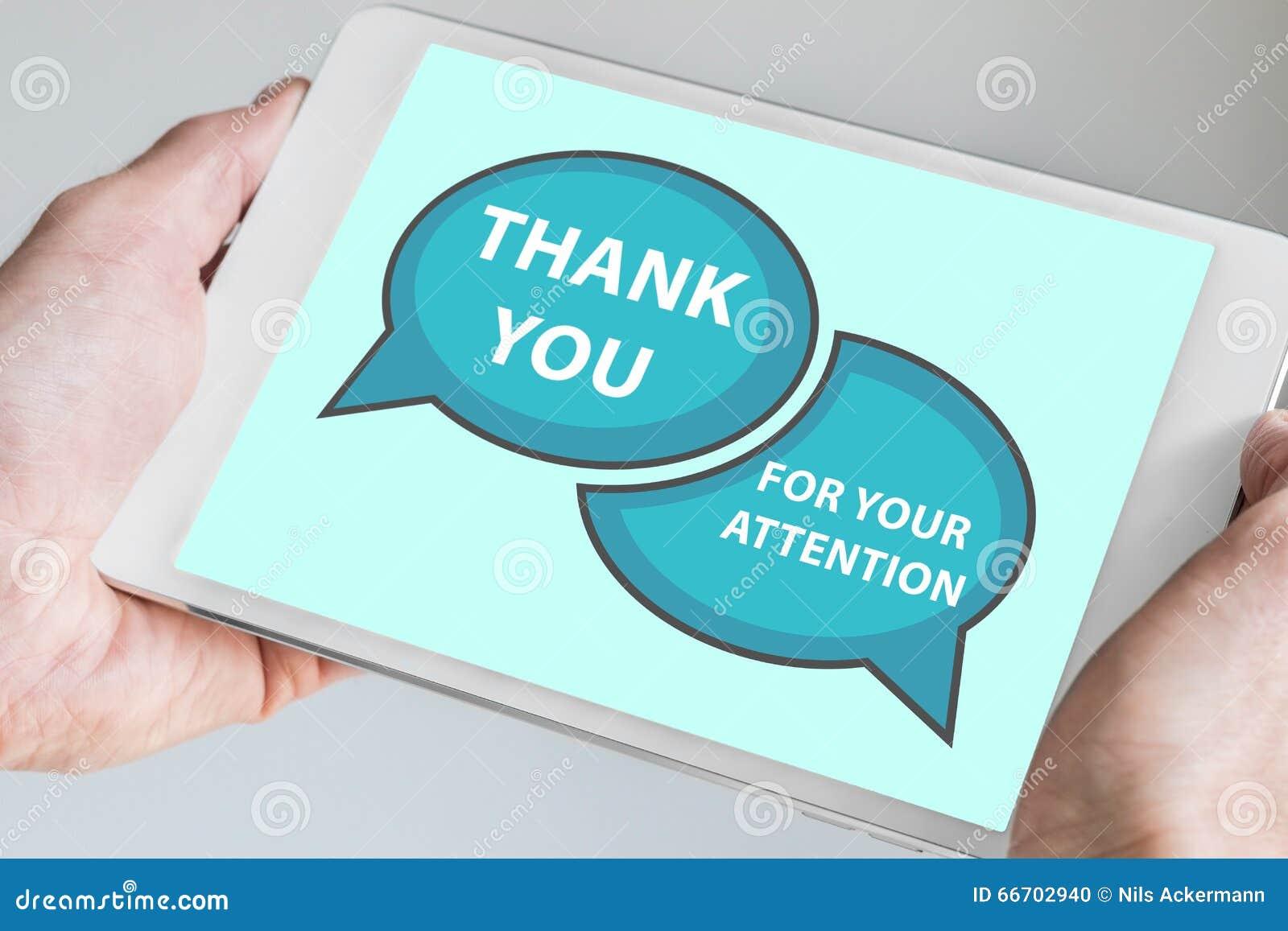 Tacka dig för ditt uppmärksamhetbegrepp med handen som rymmer den moderna pekskärmapparaten som minnestavlan som ska används som