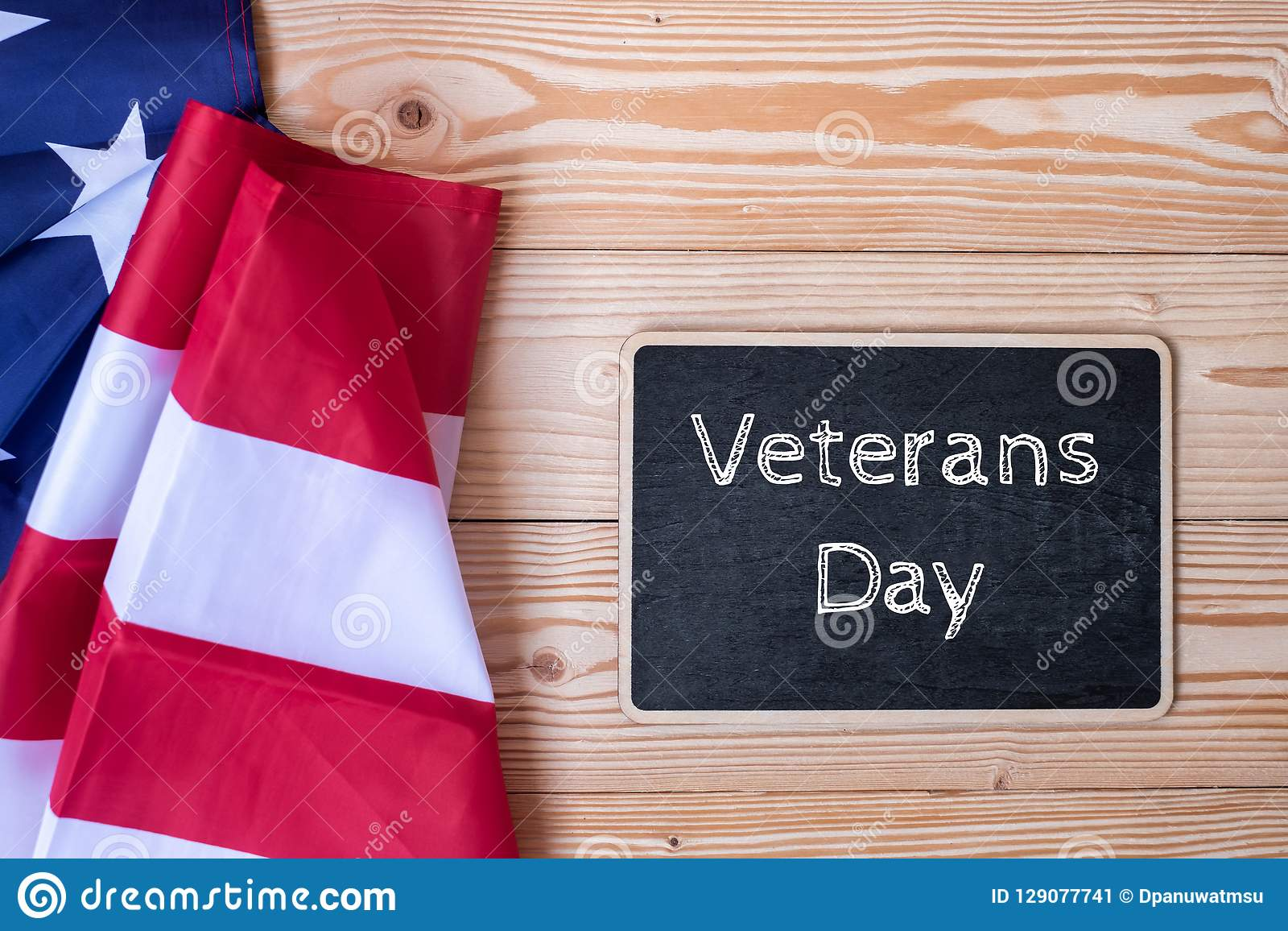 Tacka dig veterantext som är skriftlig i svart tavla med flaggan av Amerikas förenta stater på träbakgrund