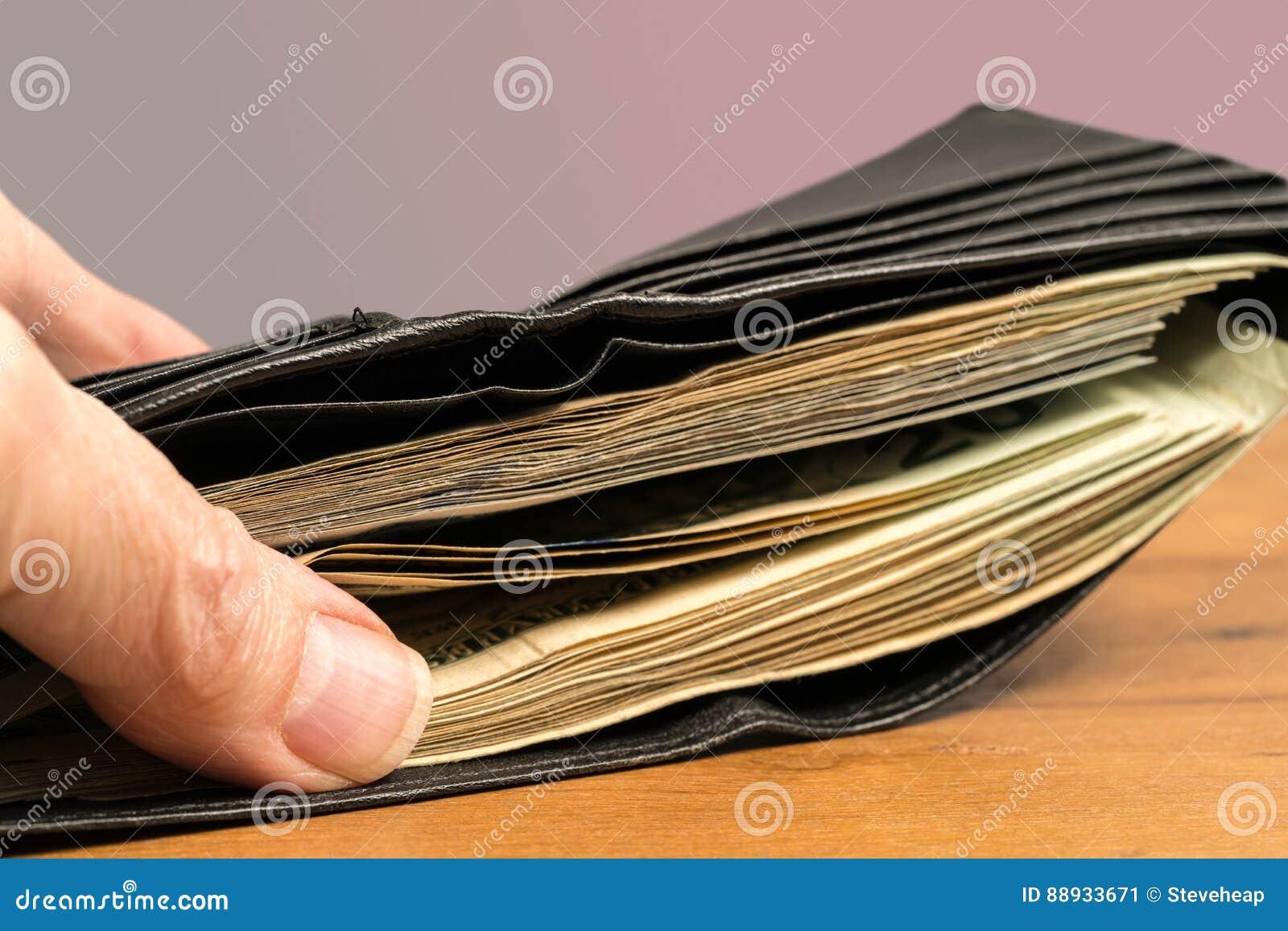 36b473a51 La pila de billetes de dólar de los E.E.U.U. veinte escondió en cartera para  ilustrar economía del efectivo o de sombra