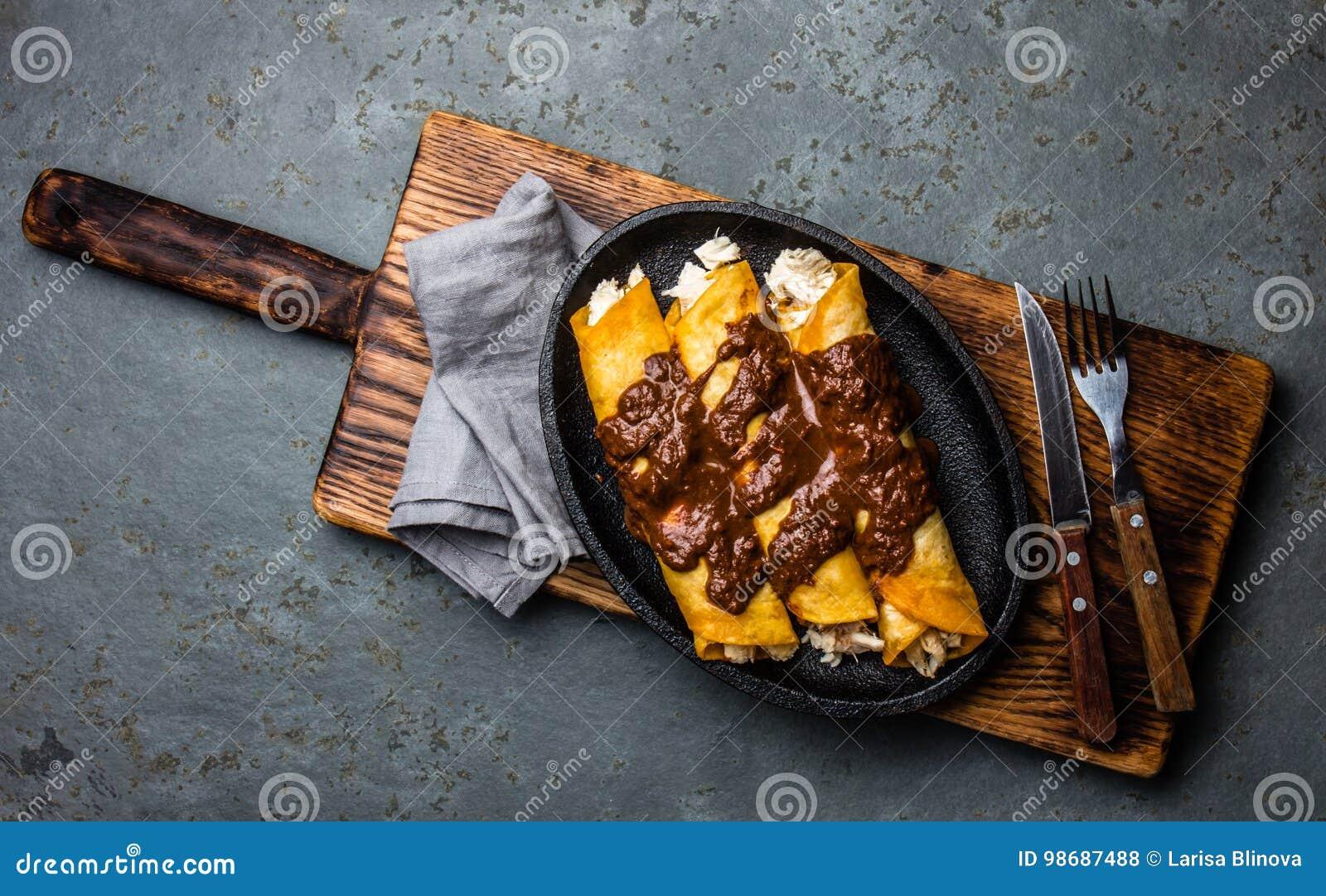 Tacos зеленого мексиканского соуса кухни пряный традиционный Традиционные мексиканские энчилада цыпленка с пряным poblano моли са