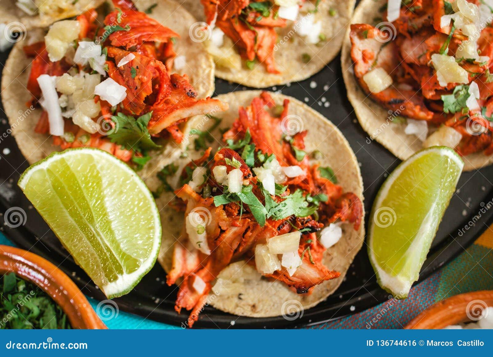Tacos al pastor, meksykański taco, uliczny jedzenie w Mexico - miasto