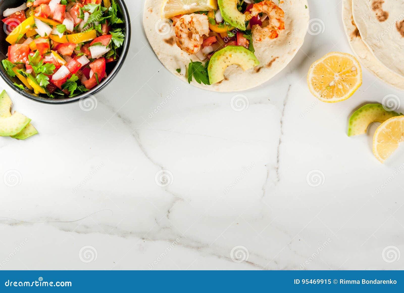 Tacos com salsa e camarão