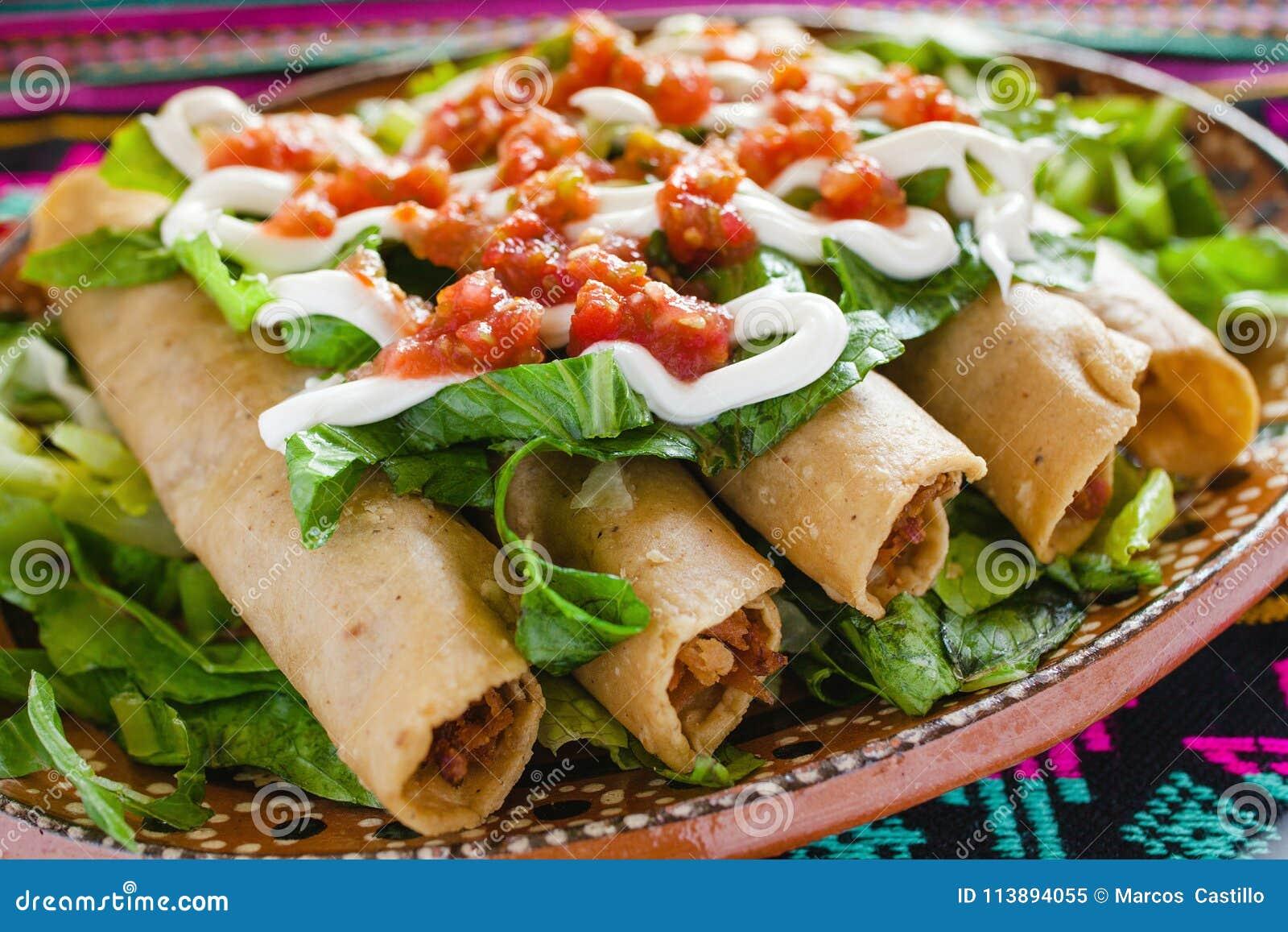 Tacos de Flautas de pollo e de alimento da salsa mexicano caseiro Cidade do México