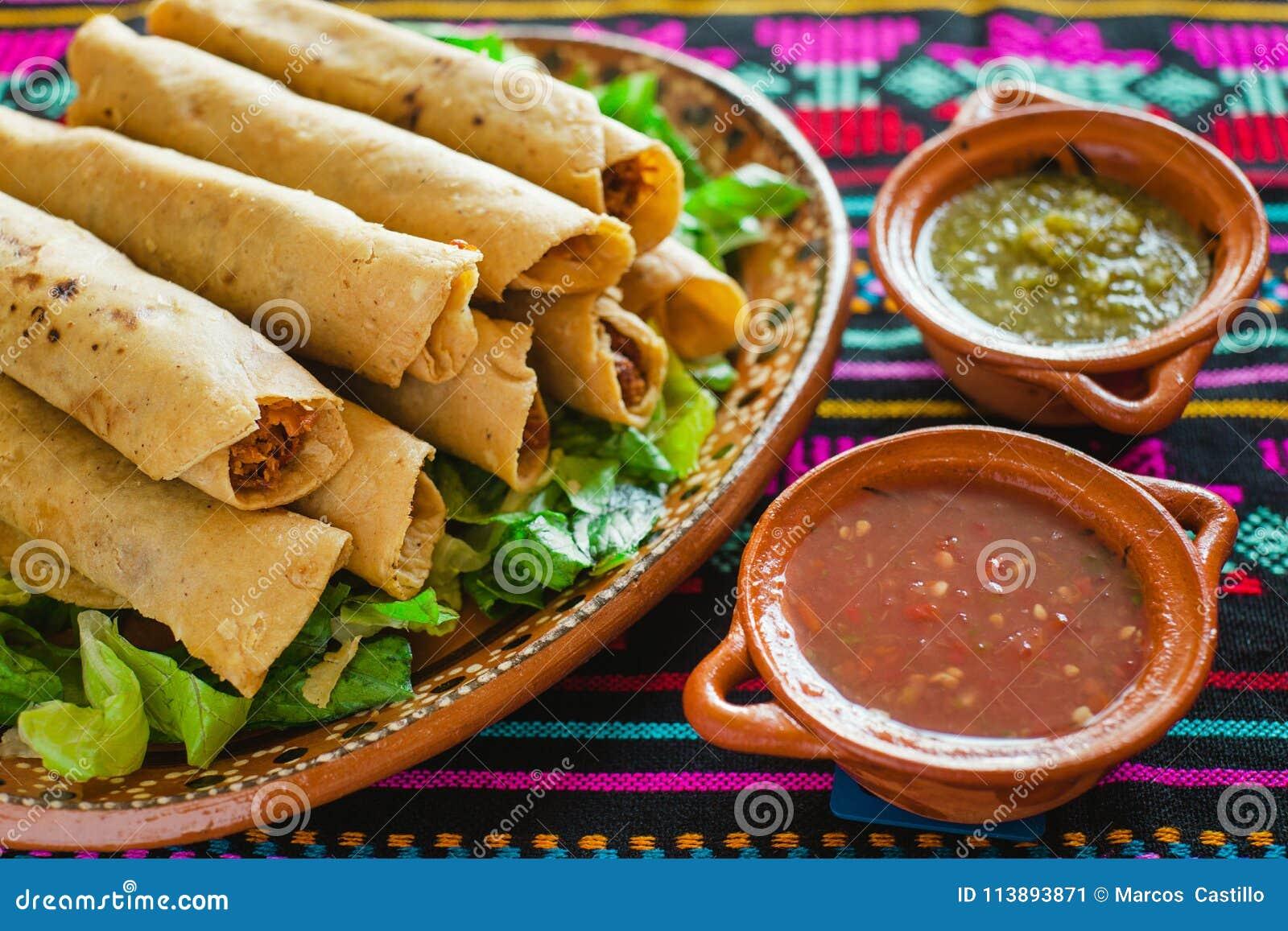 Tacos de Flautas de pollo et Mexicain fait maison Mexico de nourriture de Salsa