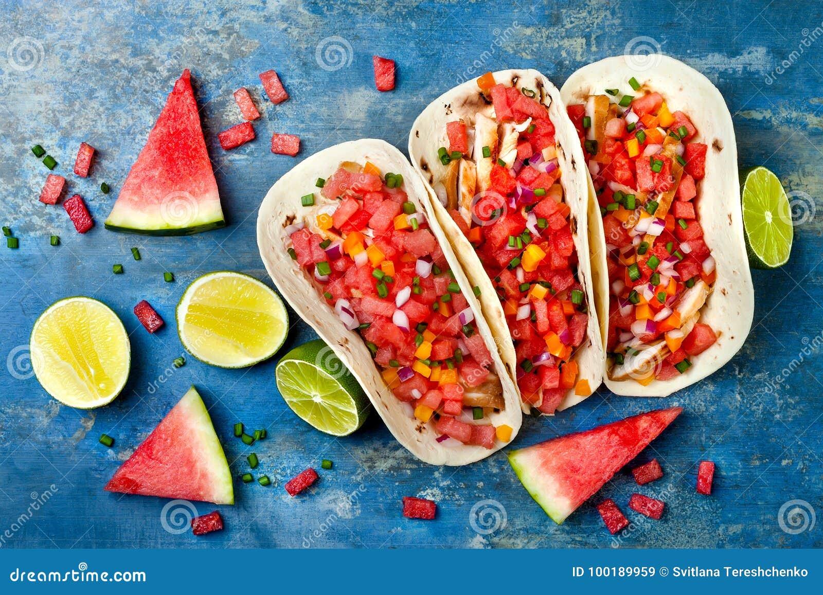 Tacos de galinha grelhados mexicano com salsa da melancia