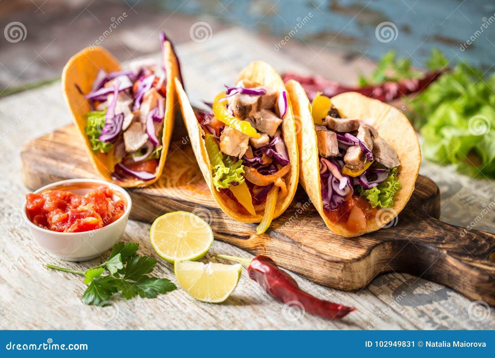 Tacos mexicain de nourriture, poulet frit, verts, mangue, avocat, poivre, Salsa