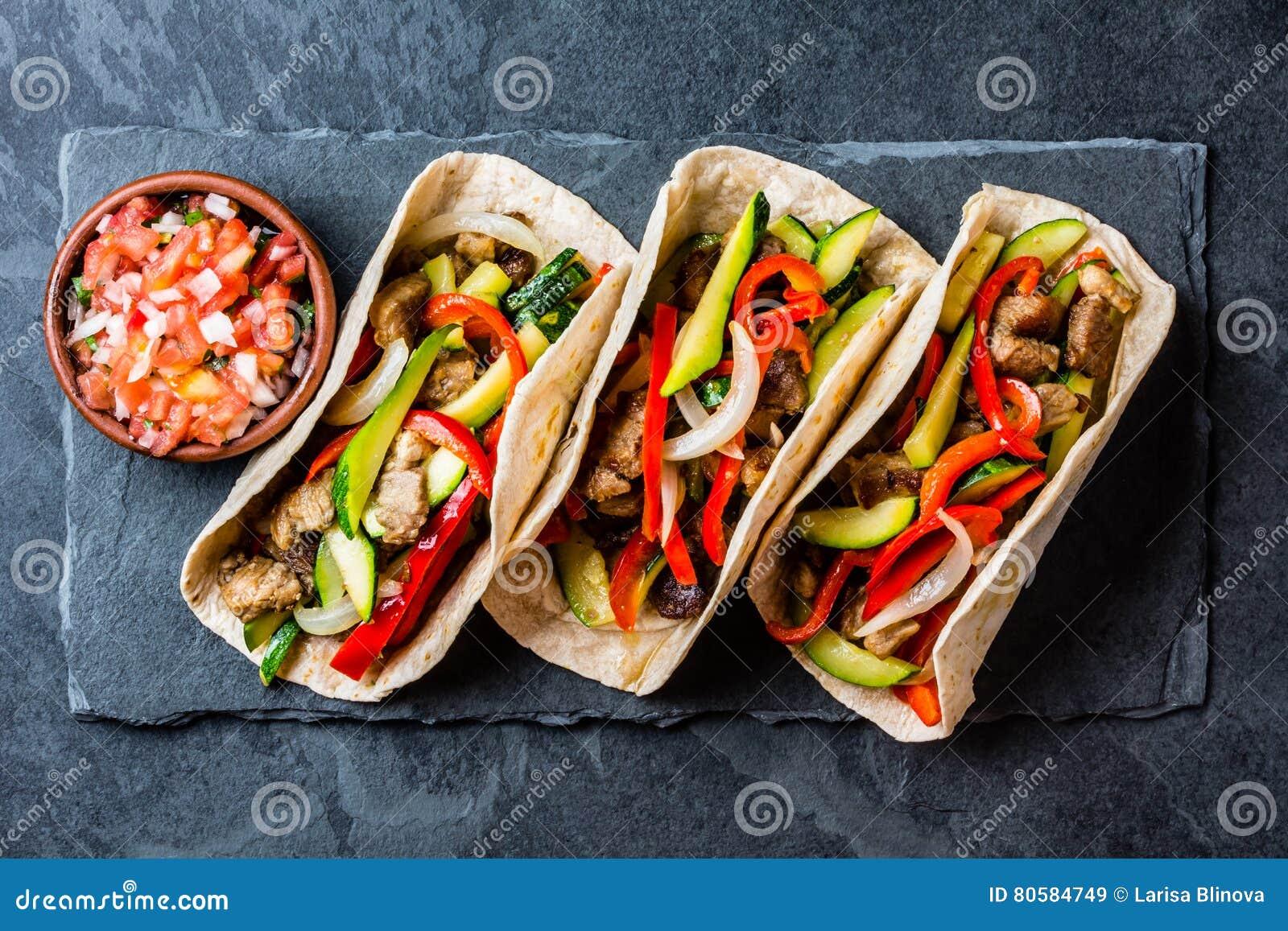Tacos mexicain de porc avec des légumes Vue supérieure