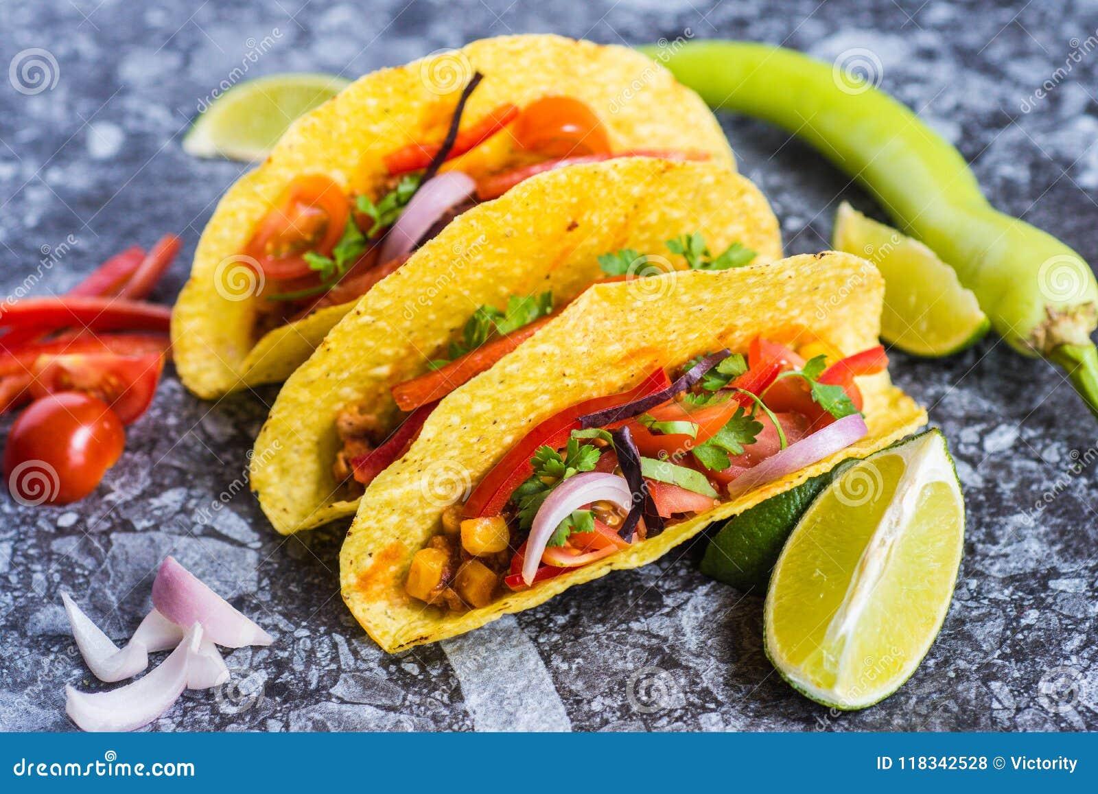 Tacos no alimento mexicano colorido dos shell
