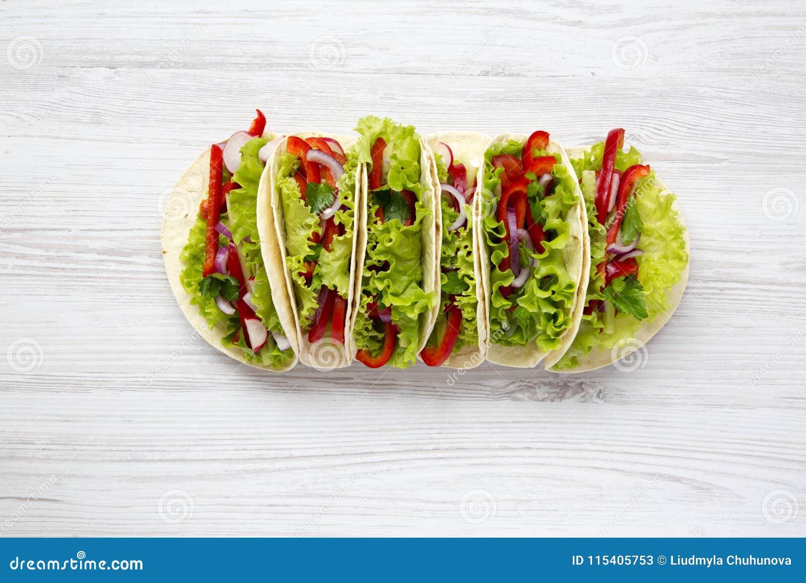 Tacos végétarien frais sur le fond en bois blanc D en haut T