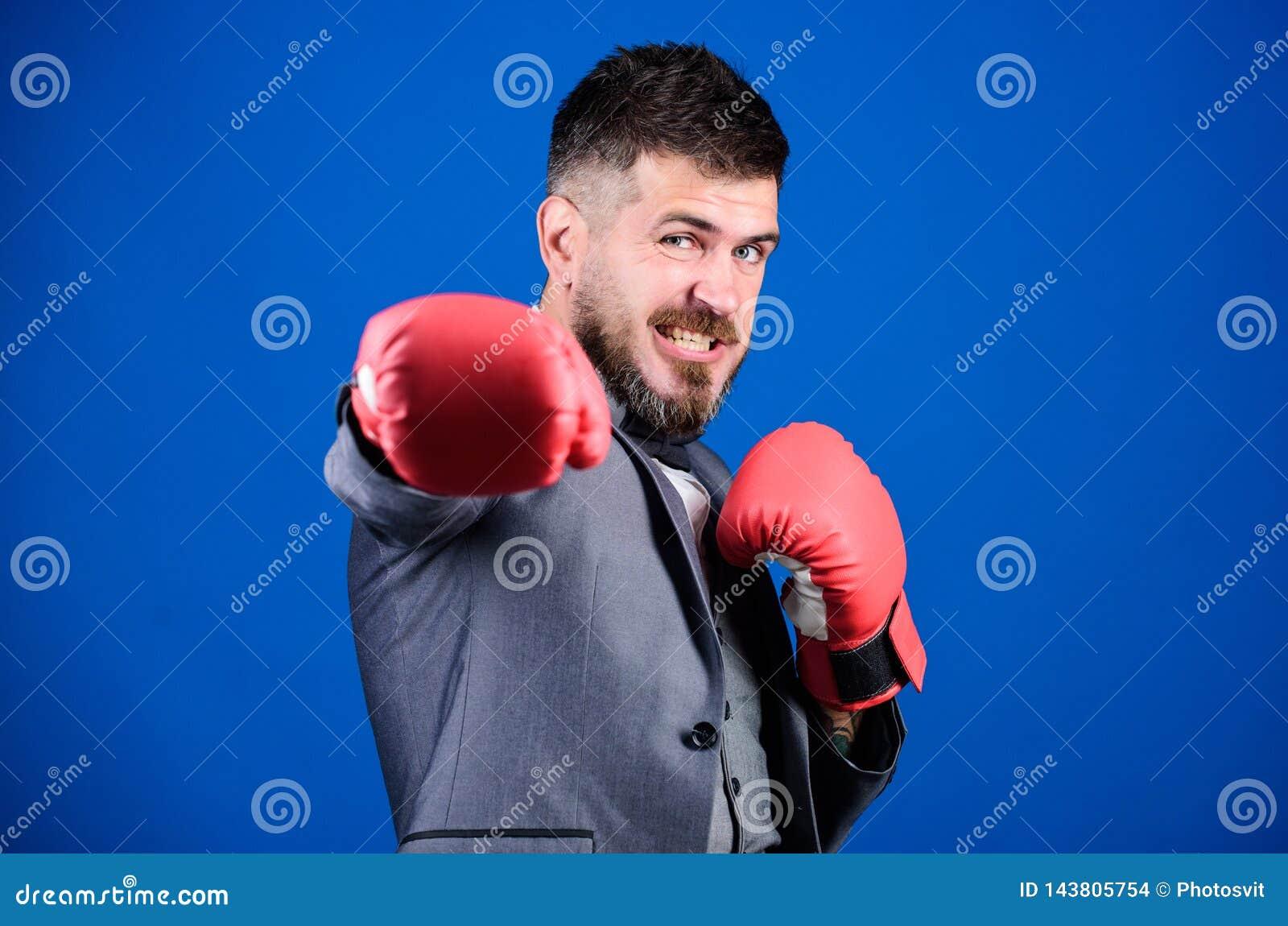Tactiek die wordt bewezen om te werken aanval en defensieconcept Succesvolle zakenman Misdadige defensieadvocaat die uit plant