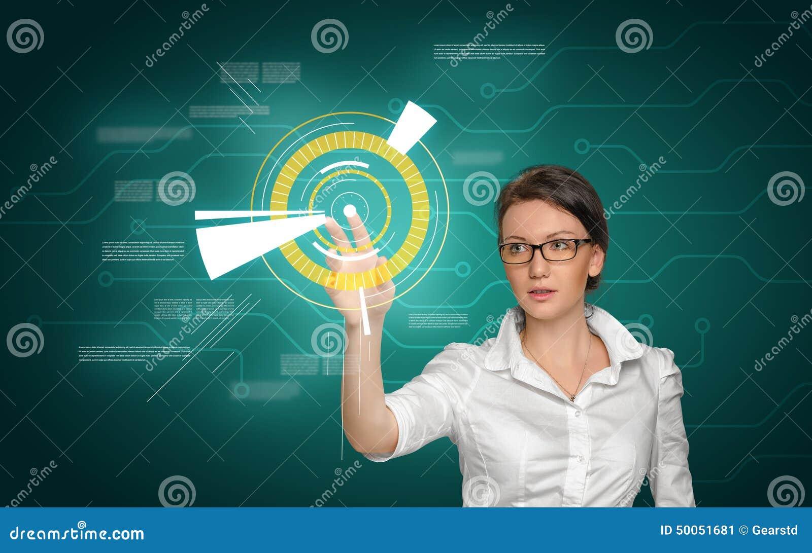 Tacto bonito de la muchacha en pantalla con los iconos