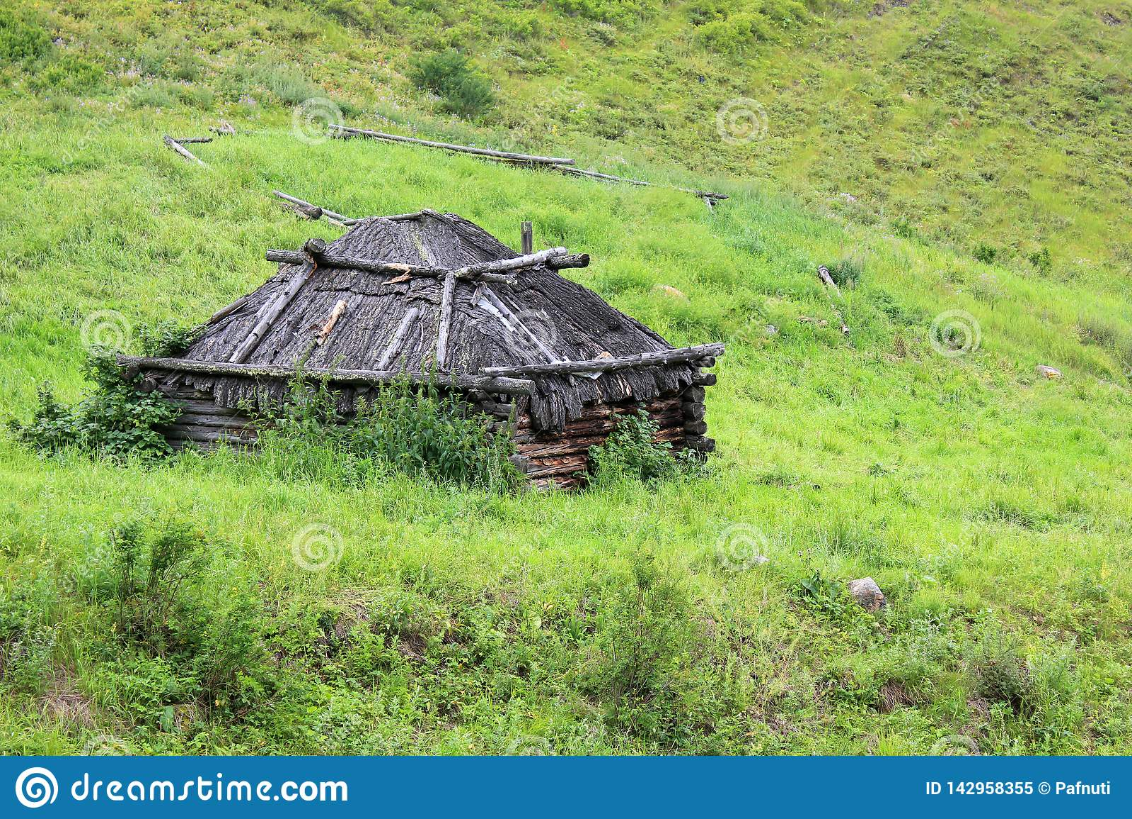 Taditional hem av de Altai jägarna i ängen