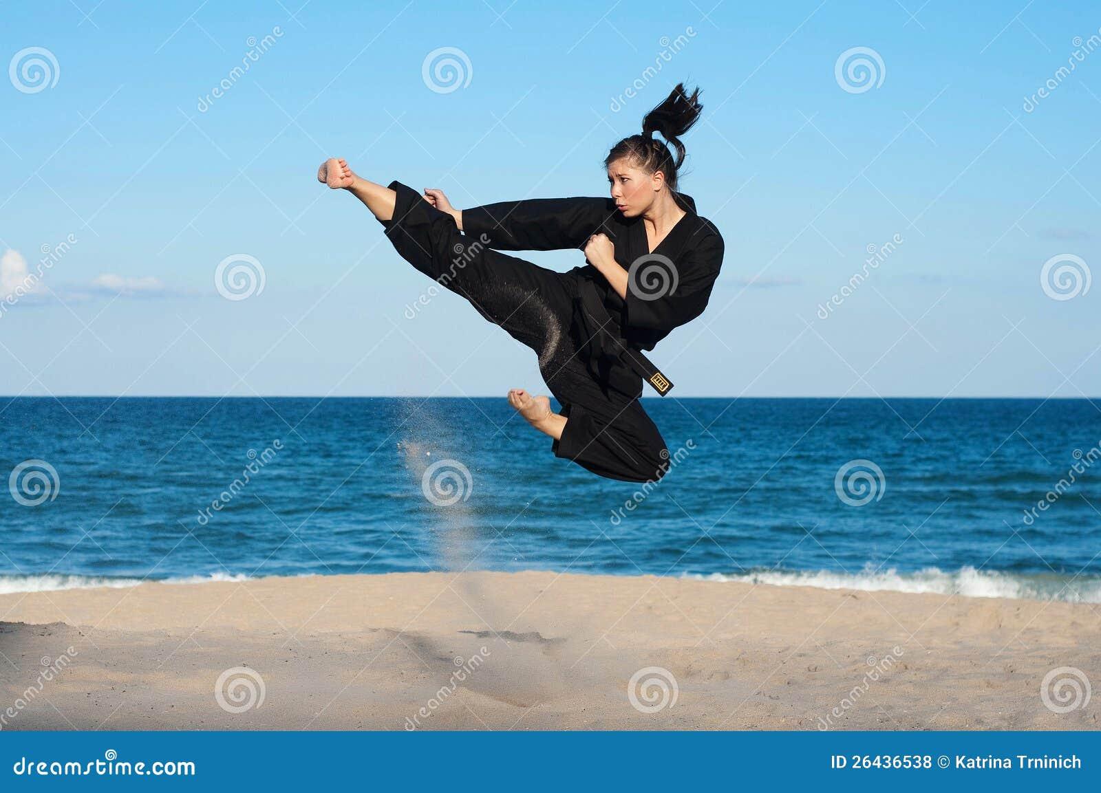 Taekwondo Kick på stranden