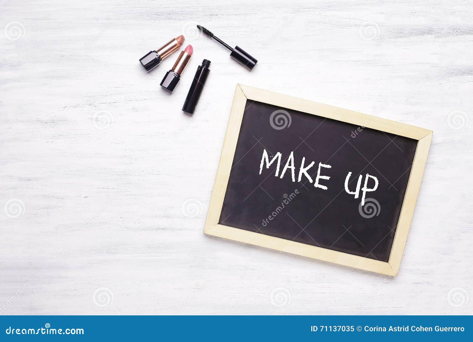 Make Up Tafel : Tafel mit make up an geschrieben auf es und kosmetische produkte