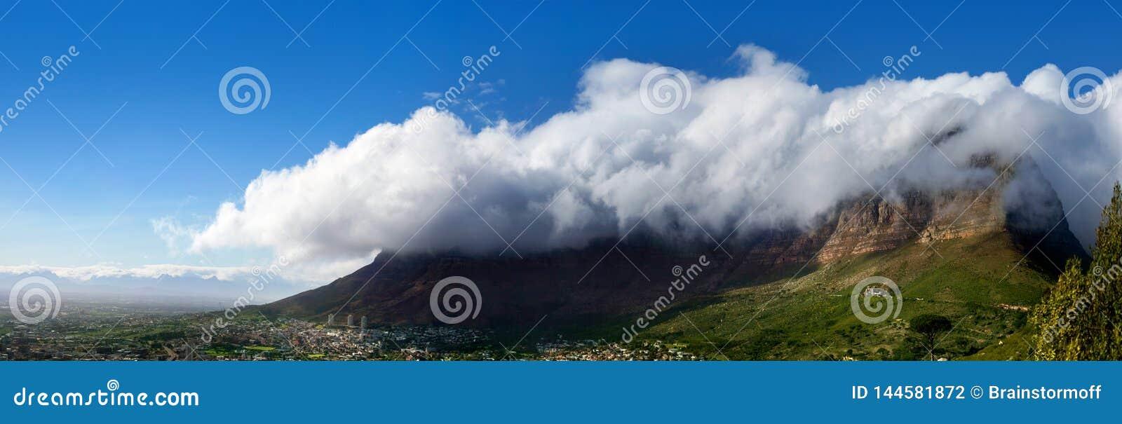 Tafelberg unter enormer weißer Wolke auf schönem Panorama des Hintergrundes des blauen Himmels Landschafts, Landschaftspanoramabl