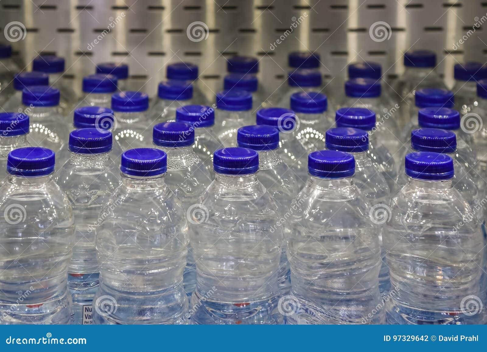 Red Bull Offen Im Kühlschrank : Tafelwasser im kühlschrank im supermarkt stockfoto bild von