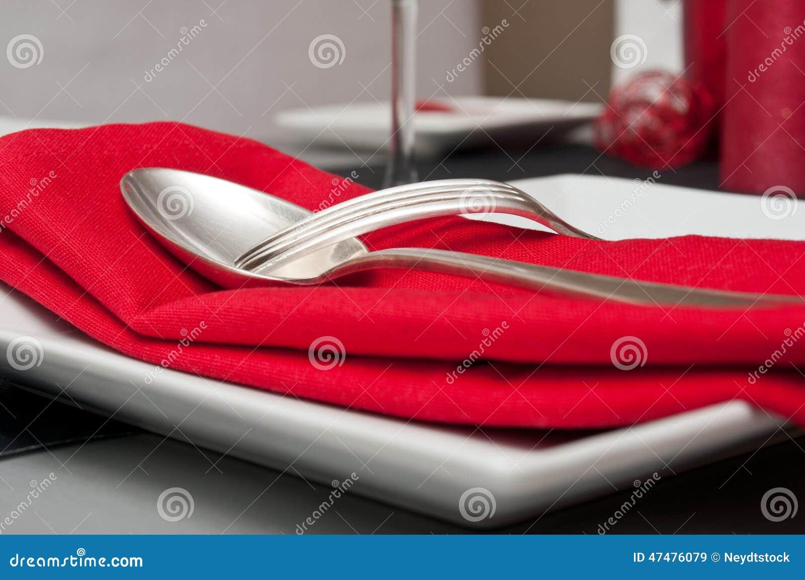 Tafelzilver op rood servet