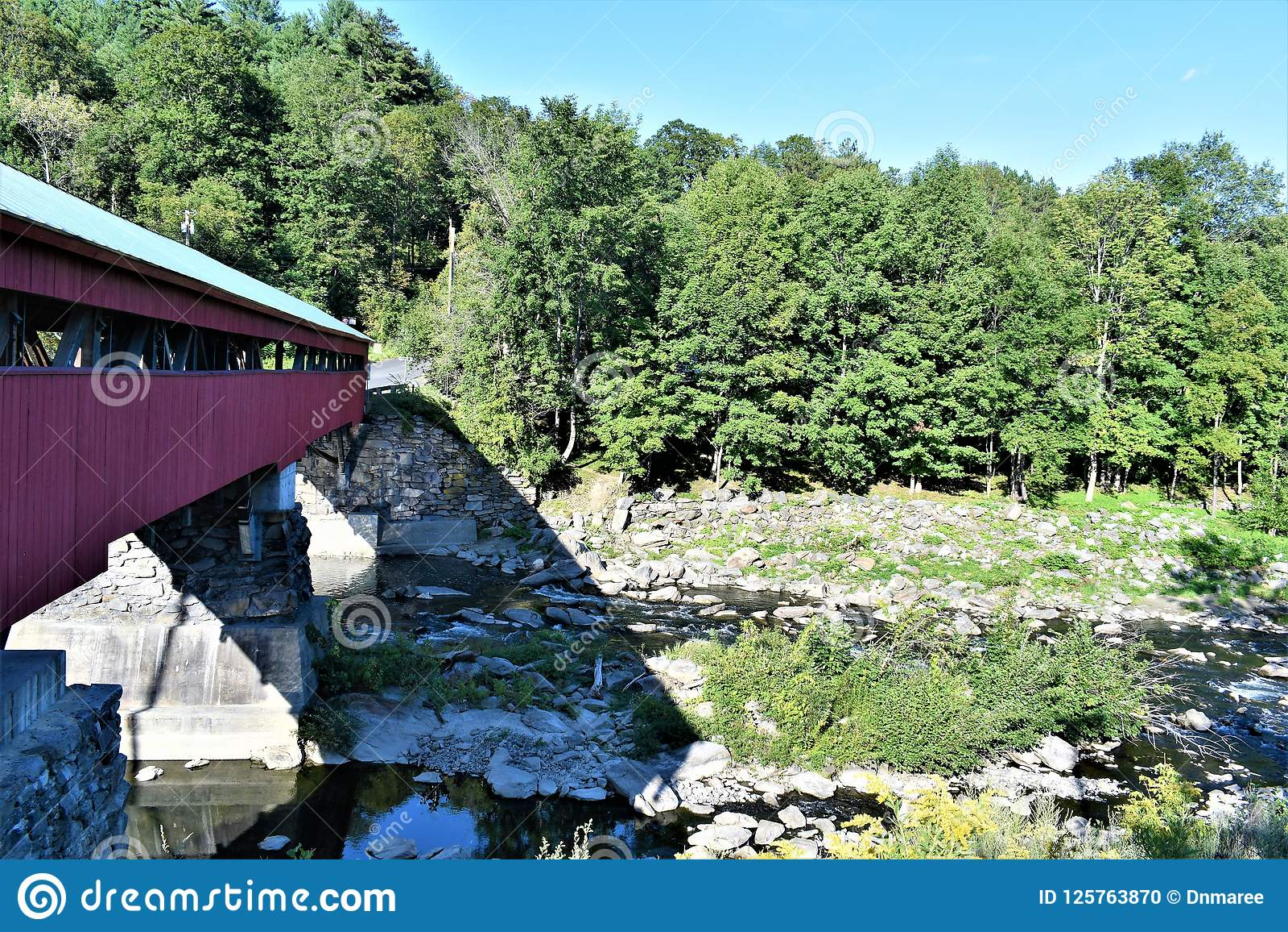 Taftsville被遮盖的桥在Taftsville村庄在伍德斯托克,温莎县,佛蒙特,美国镇
